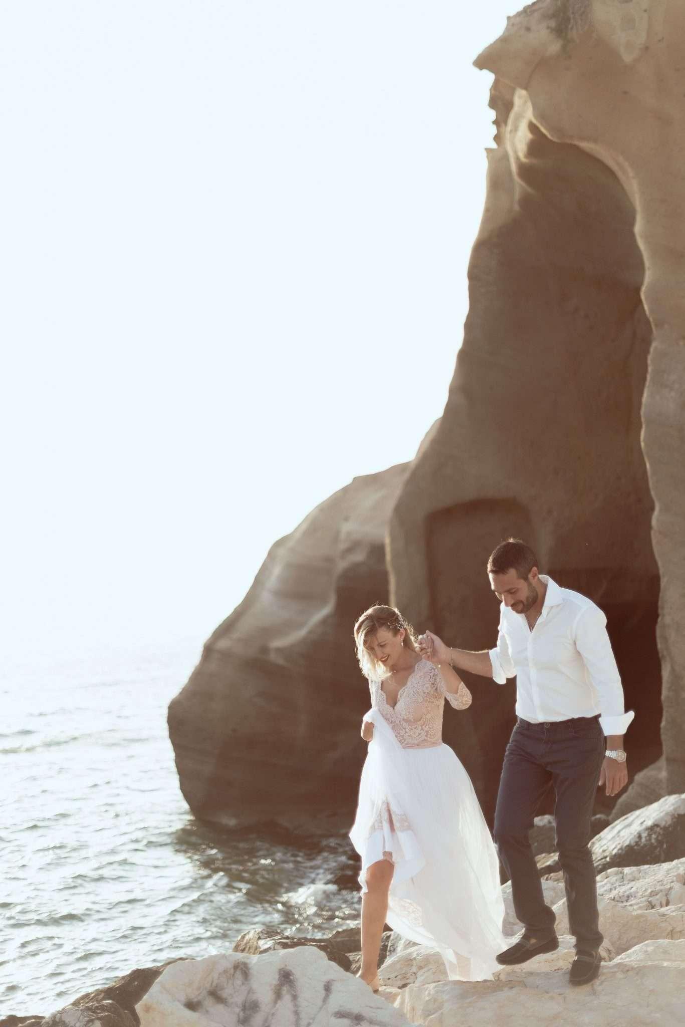 Fotografia sposi sugli scogli - wedding reportage realizzata da Barbara Trincone fotografa con studio a Pozzuoli - Napoli