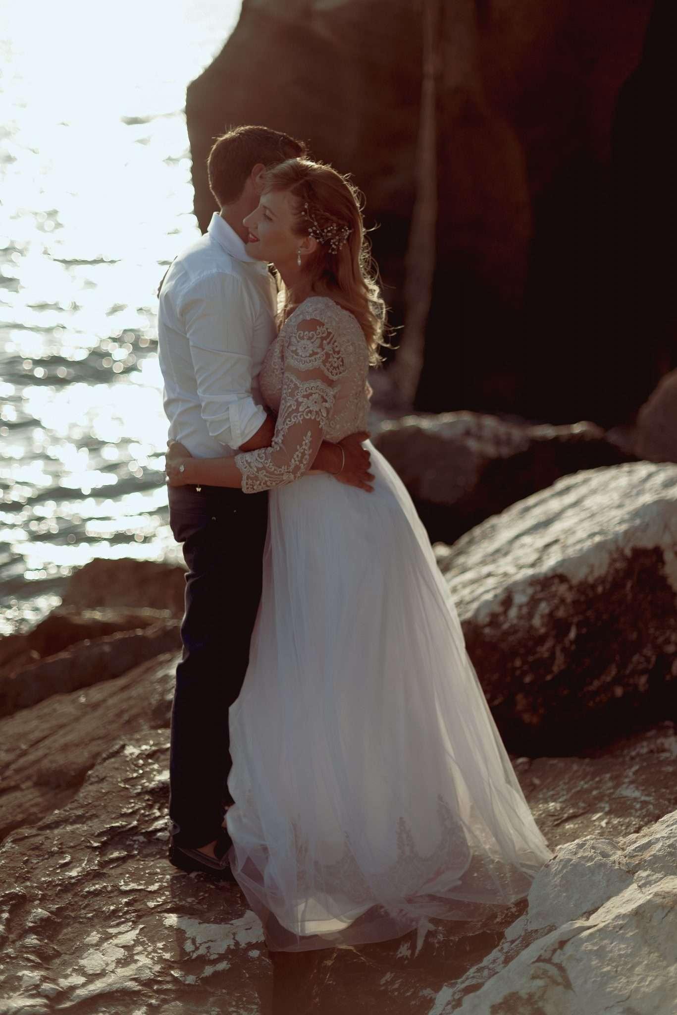 Fotografia abbraccio sposi wedding reportage realizzata da Barbara Trincone fotografa con studio a Pozzuoli - Napoli