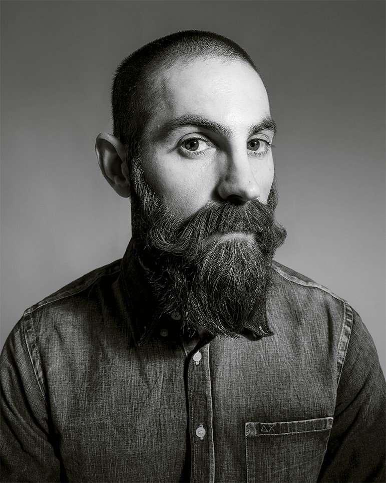 Fotografia ritratto uomo con barba lunga realizzata da Barbara Trincone fotografa ritrattista professionista con studio a Pozzuoli Napoli, esegue servizi di creazione ed ampliamento book per modelle/i e attori