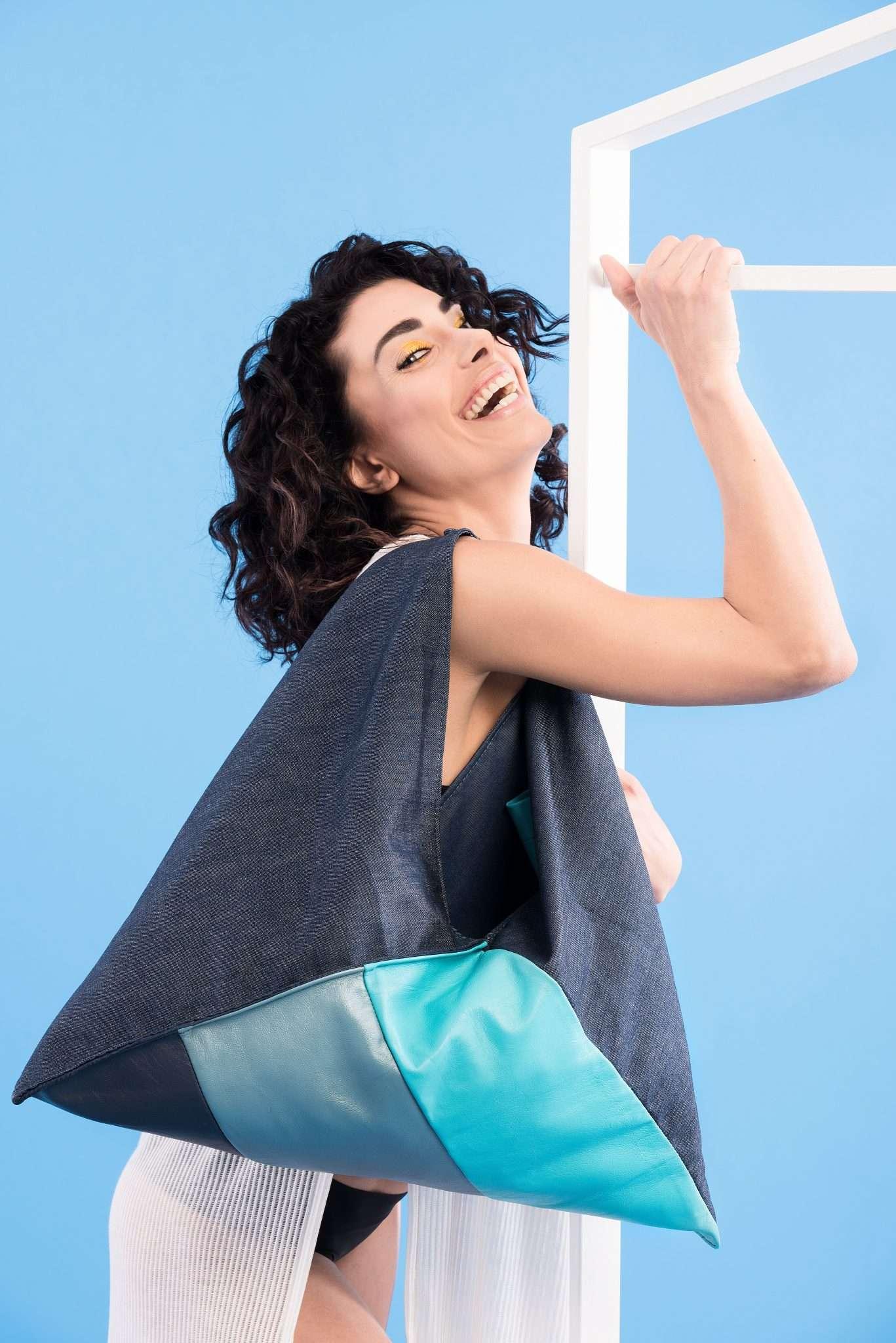 Fotografia ritratto modella con borsa realizzata da Barbara Trincone, fashion photographer con studio a Pozzuoli Napoli che offre servizi fotografici di moda, book per modelli e attori, ritratti glamour, fitness