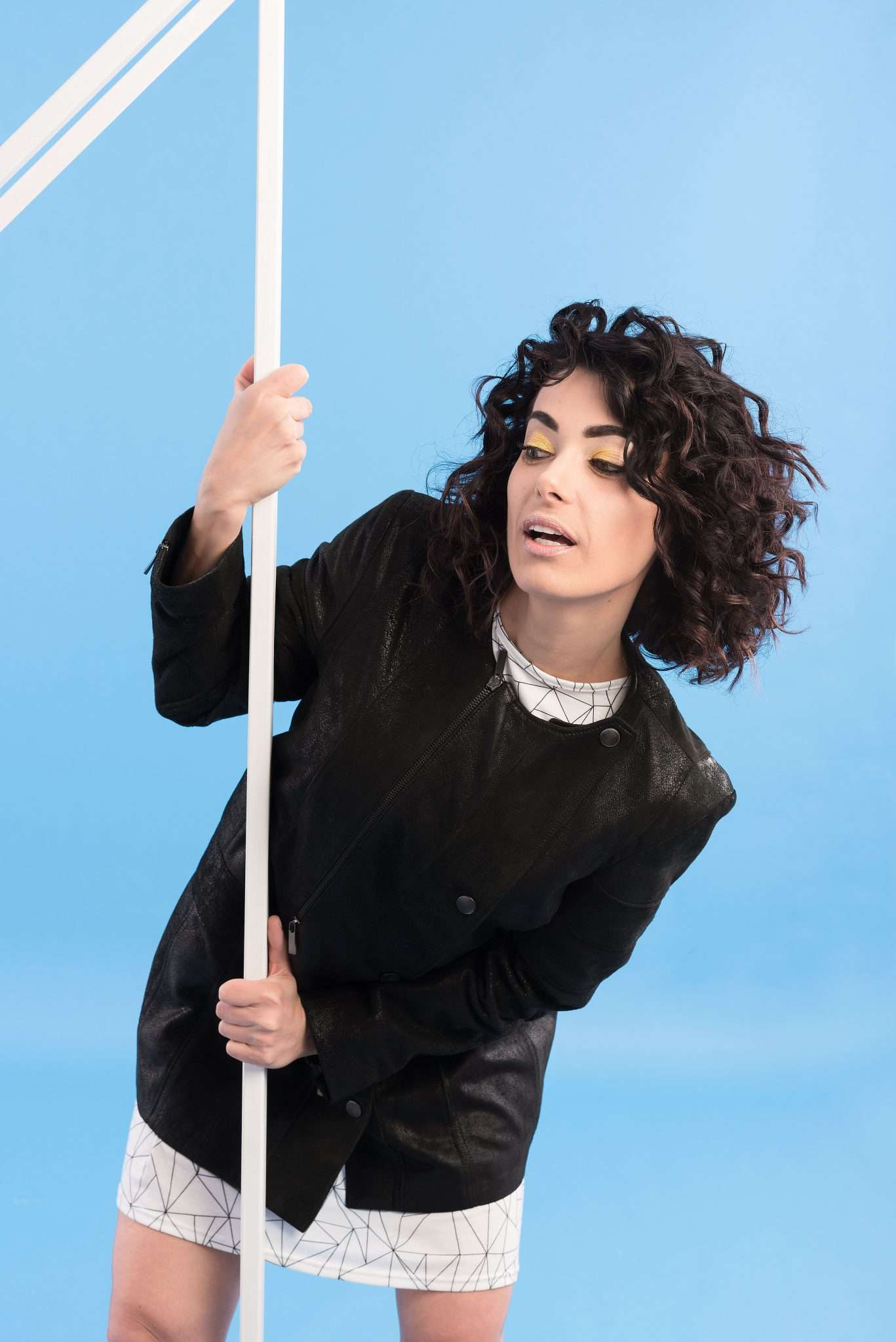 Fotografia ritratto modella curiosa realizzata da Barbara Trincone, fashion photographer con studio a Pozzuoli Napoli che offre servizi fotografici di moda, book per modelli e attori, ritratti glamour, fitness