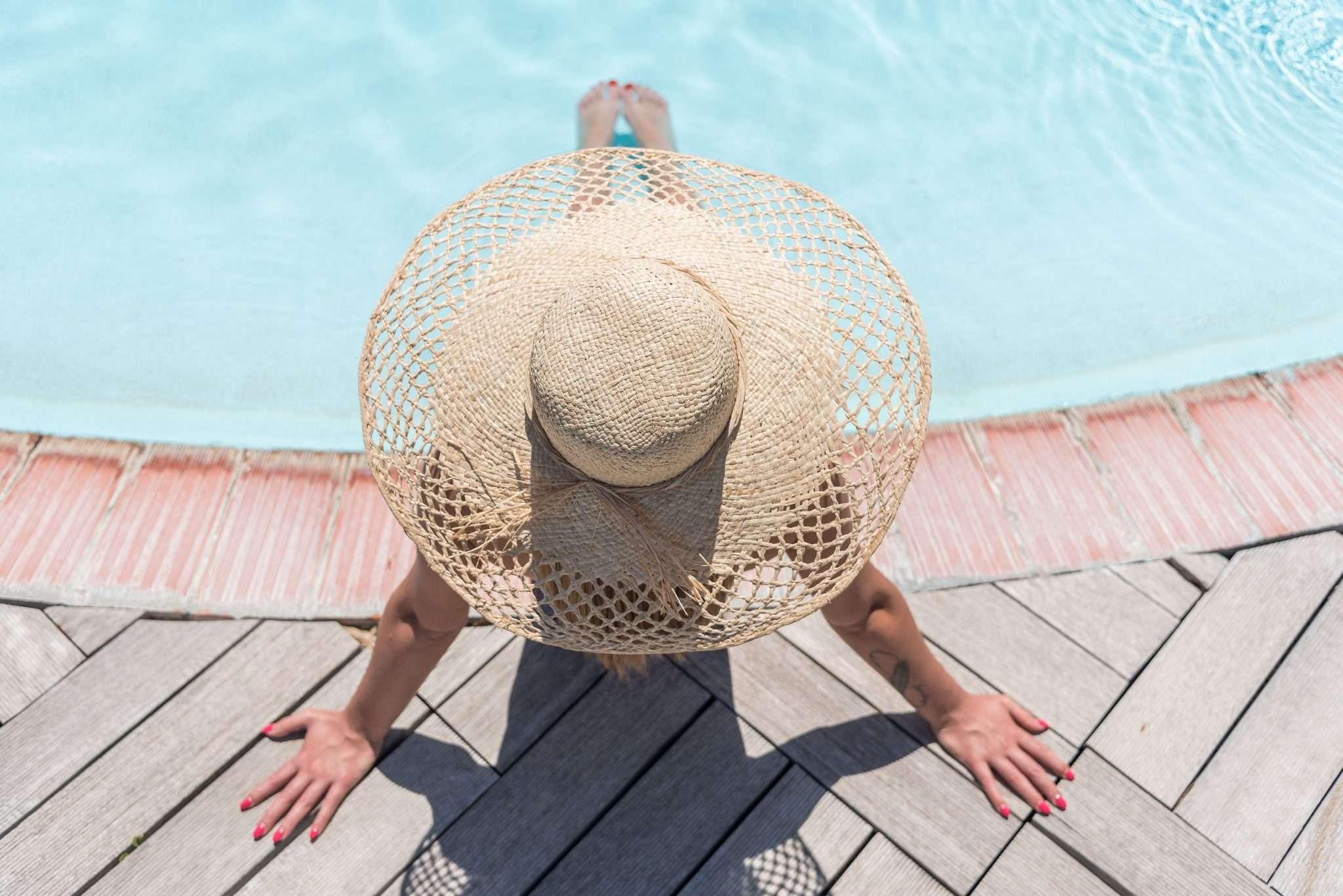 Fotografia donna con cappello terme realizzata da Barbara Trincone Fotografo freelance con studio privato a Pozzuoli Napoli specializzata in still Life ad uso e-commerce, book, advertising ed editoria