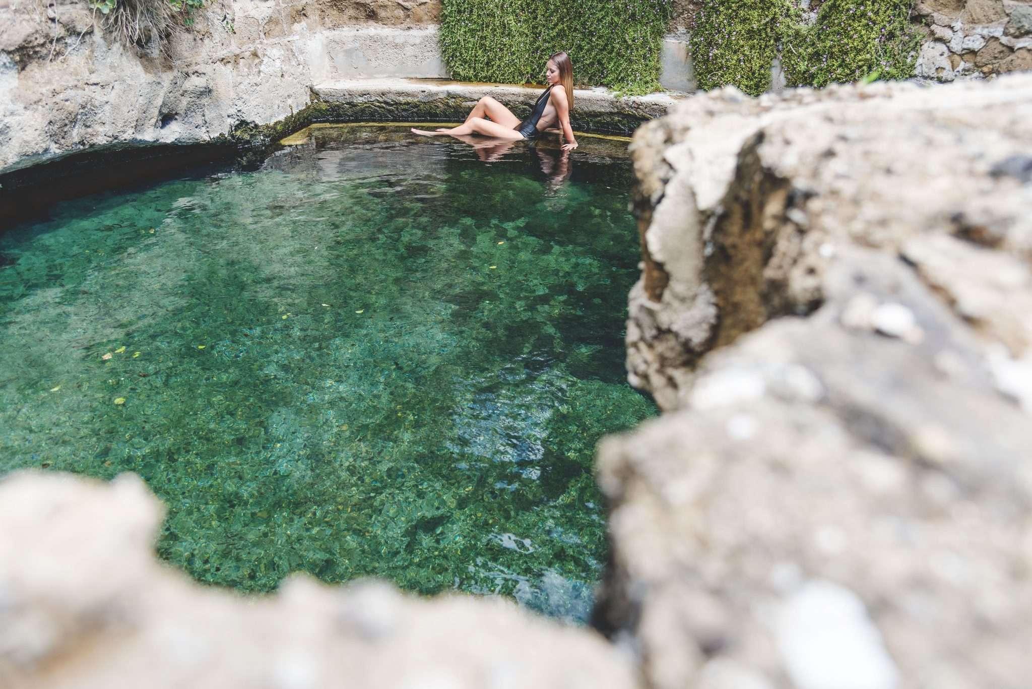 Fotografia donna piscina termale realizzata da Barbara Trincone Fotografo freelance con studio privato a Pozzuoli Napoli specializzata in still Life ad uso e-commerce, book, advertising ed editoria