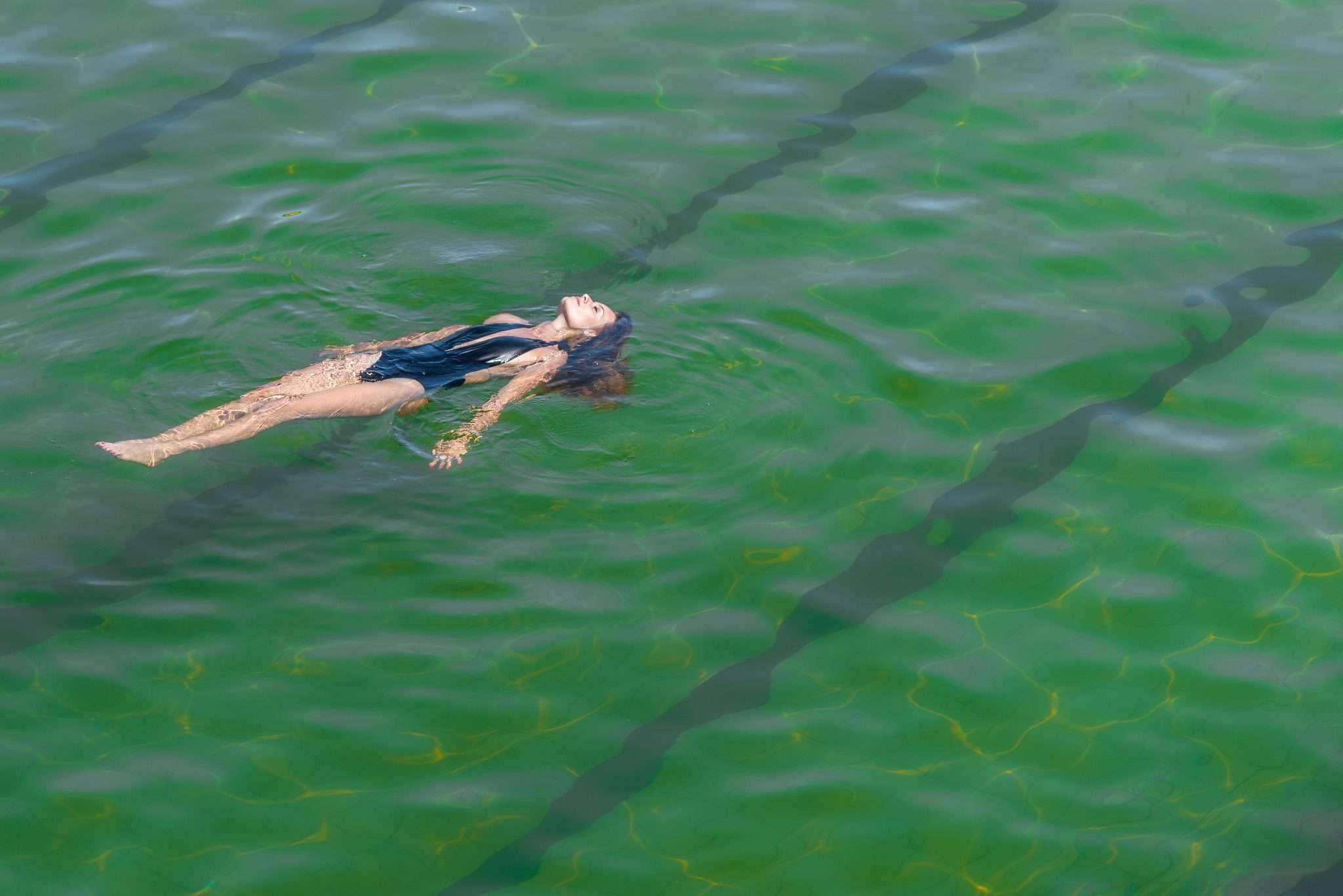 Fotografia piscine termali donna realizzata da Barbara Trincone Fotografo freelance con studio privato a Pozzuoli Napoli specializzata in still Life ad uso e-commerce, book, advertising ed editoria