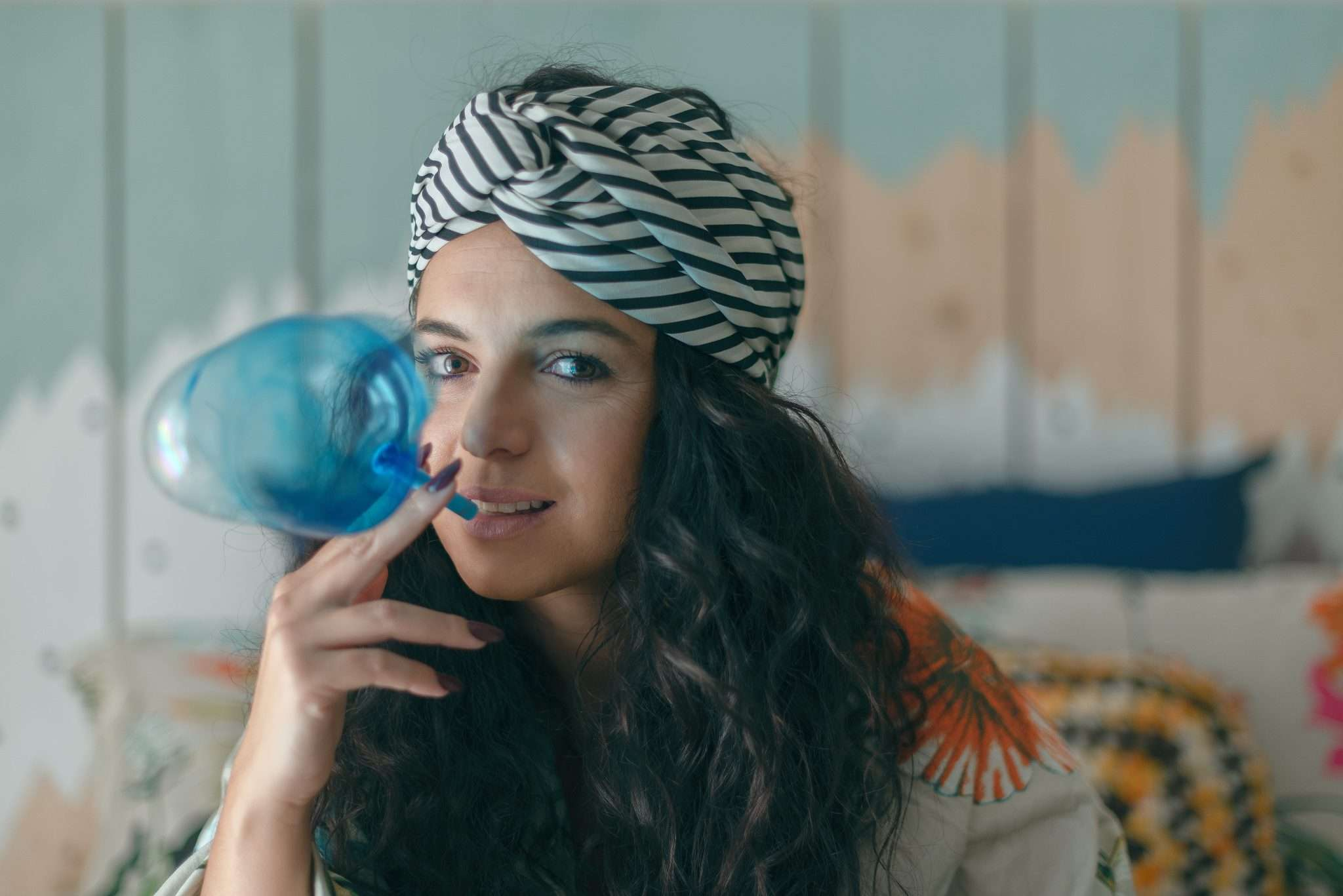 Fotografia Claudia che gioca con crystal ball realizzata da Barbara Trincone fotografa ritrattista professionista di Napoli, esegue servizi di creazione ed ampliamento lookbook per modelle/i e attori