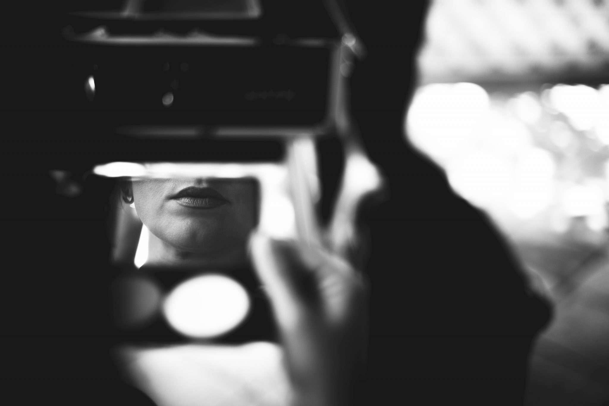Fotografia sposa allo specchio wedding reportage realizzata da Barbara Trincone fotografa con studio a Pozzuoli - Napoli