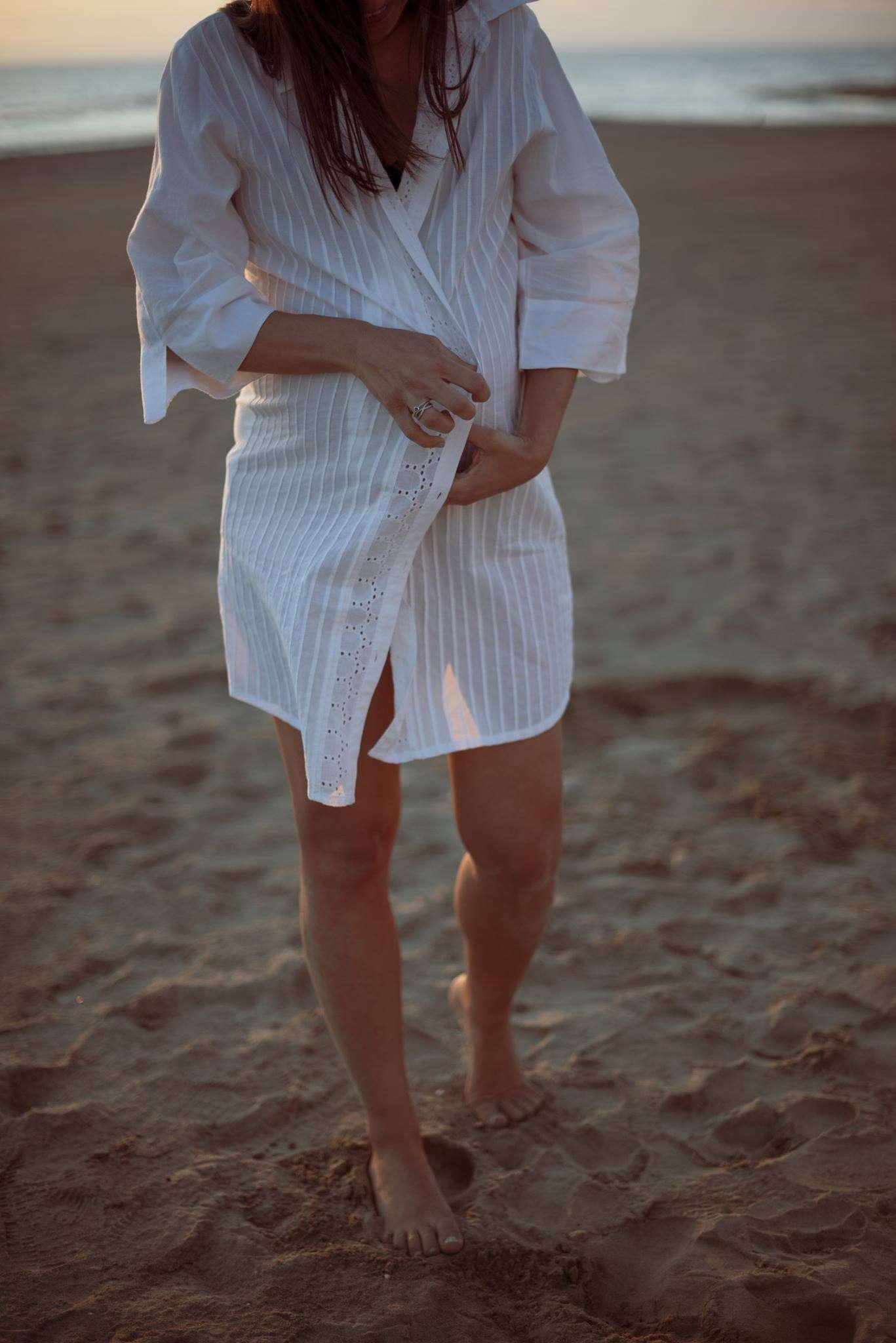 Fotografia maternity Napoli in spiaggia realizzata da Barbara Trincone fotografo specializzato in fotografia di gravidanza, genitorialità, nascita