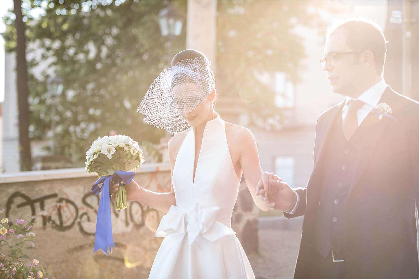 Fotografia sposa al tramonto con bouquet e veletta realizzata da Barbara Trincone fotografa con studio a Pozzuoli Napoli, specializzata in wedding reportage