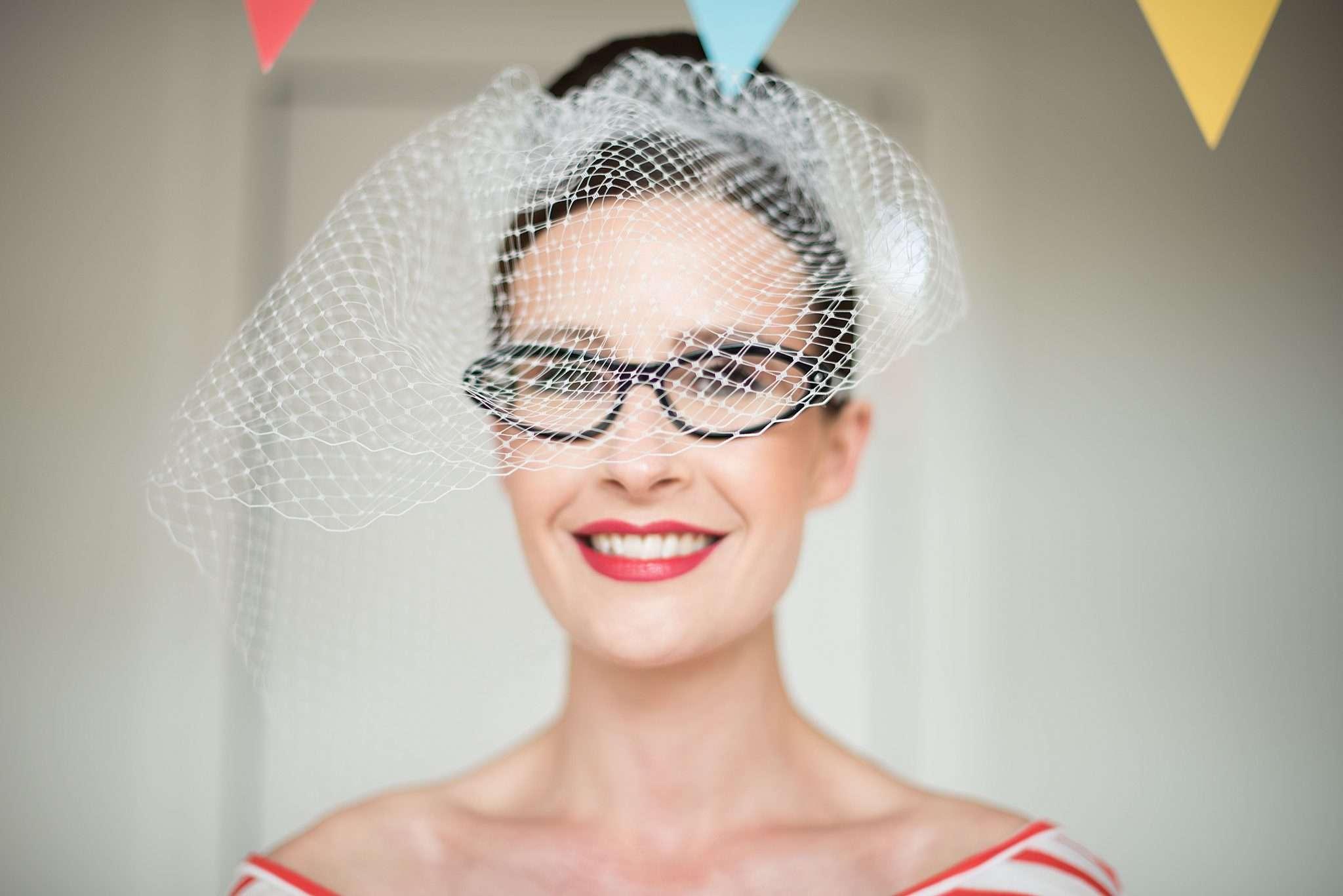 Fotografia sposa occhiali e velo a realizzata da Barbara Trincone fotografa con studio a Pozzuoli Napoli, specializzata in wedding reportage
