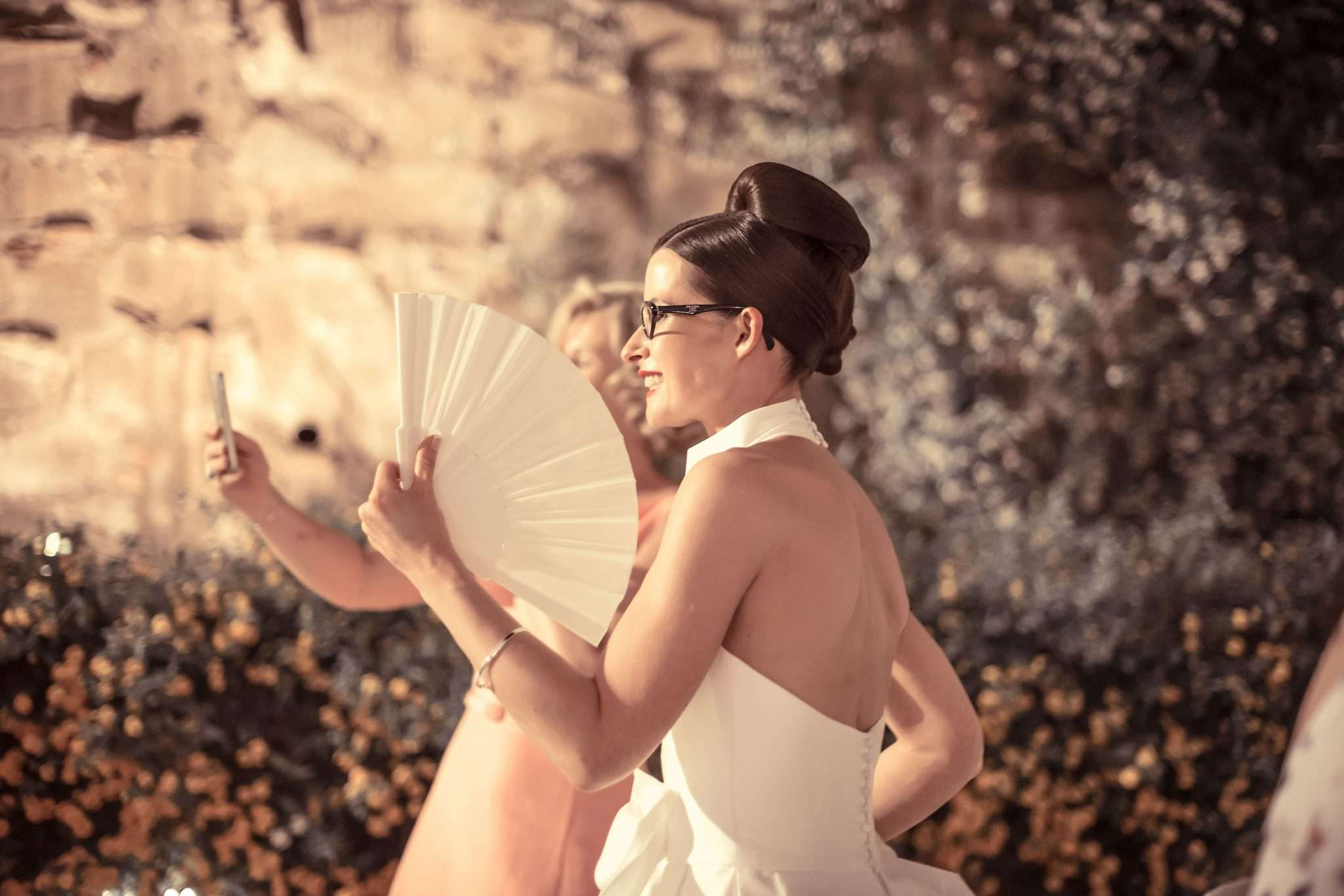 Fotografia sposa con ventaglio a realizzata da Barbara Trincone fotografa con studio a Pozzuoli Napoli, specializzata in wedding reportage