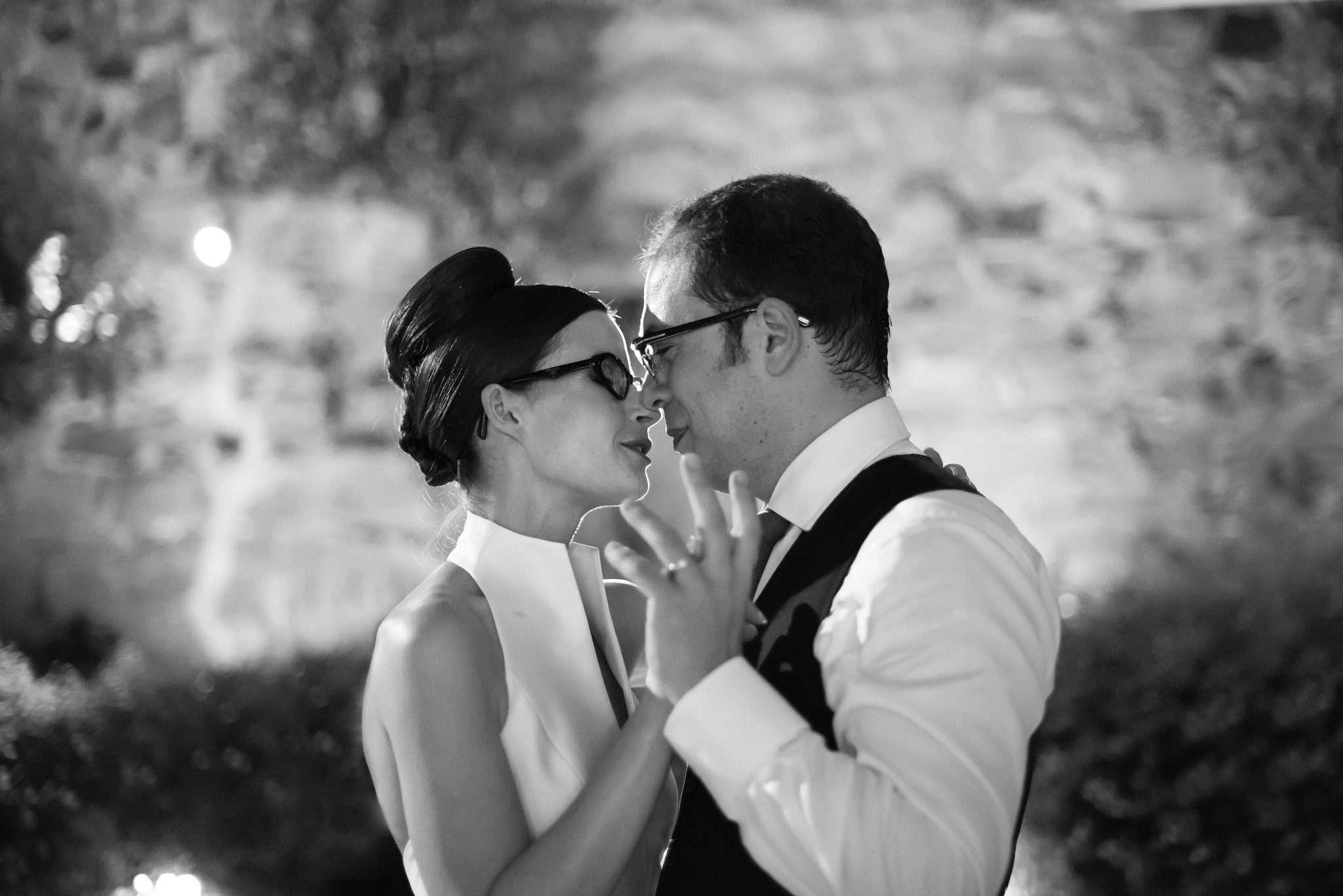 Fotografia in bianco e nero di sposi che danzano realizzata da Barbara Trincone fotografa con studio a Pozzuoli Napoli, specializzata in wedding reportage