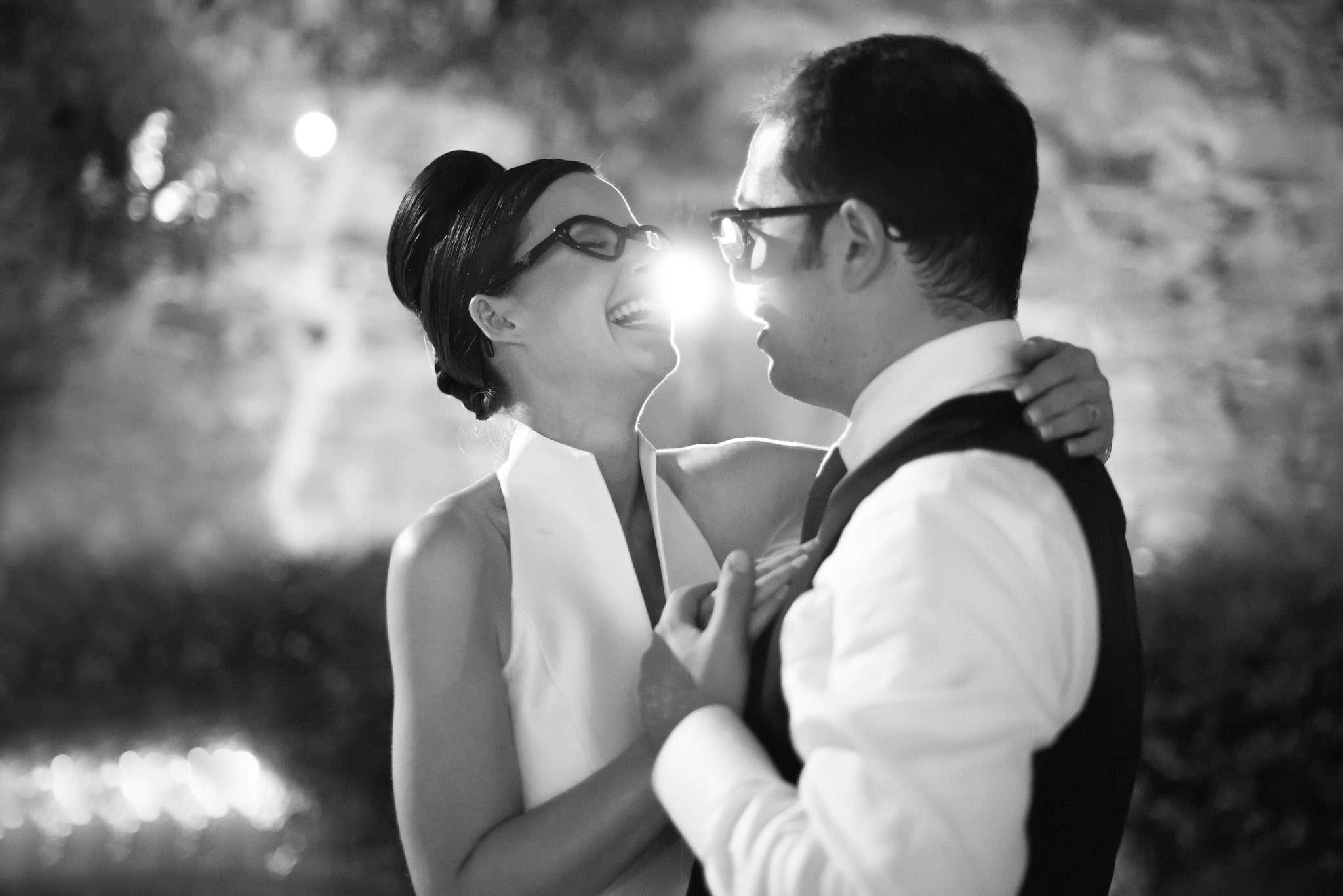 Fotografia sposi felici in bianco e nero realizzata da Barbara Trincone fotografa con studio a Pozzuoli Napoli, specializzata in wedding reportage