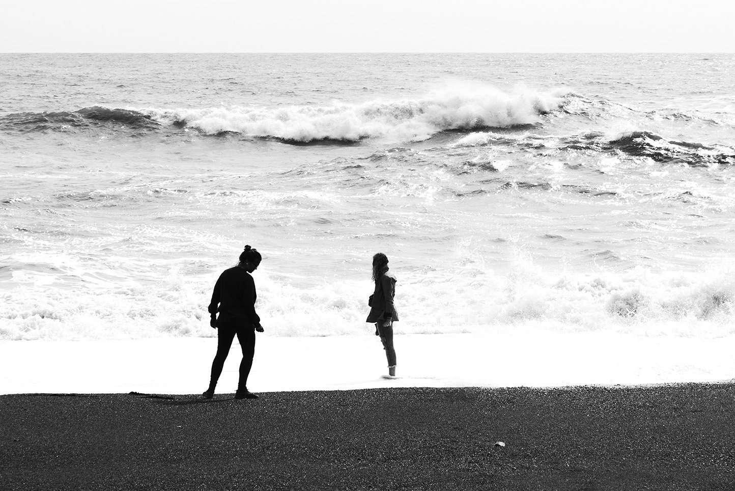 Fotografia mare Islandese con ragazze in spiaggia realizzata da Barbara Trincone Fotografo freelance con base a Pozzuoli Napoli