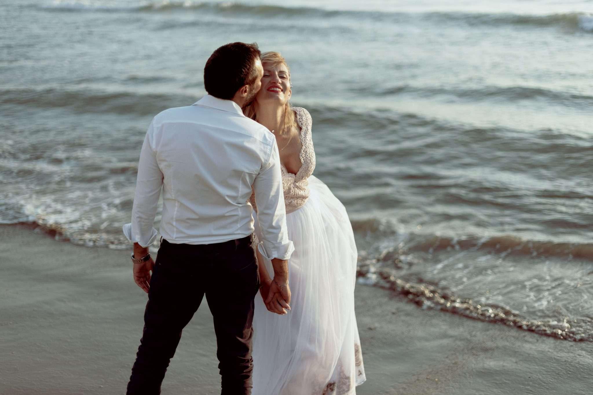 Fotografia sposi in spiaggia - wedding reportage realizzata da Barbara Trincone fotografa con studio a Pozzuoli - Napoli