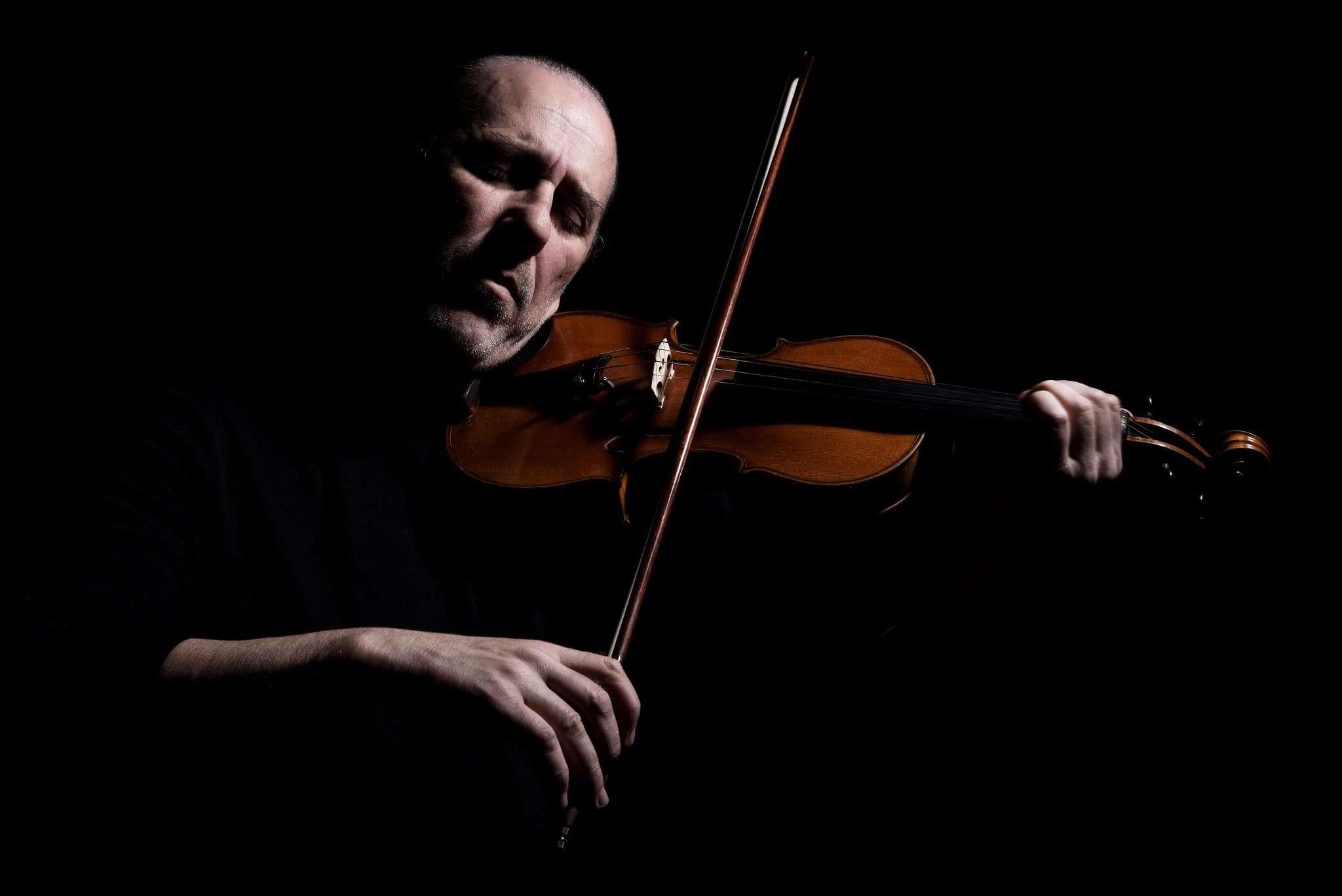 Fotografia musicista Lino Cannavacciuolo con violino realizzata da Barbara Trincone fotografa professionista a Napoli specializzata in fotografia musicale, ritratti per artisti, band, attori, cantanti, musicisti
