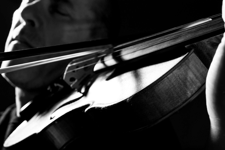 Fotografia violinista Lino Cannavacciuolo realizzata da Barbara Trincone fotografa professionista a Napoli specializzata in fotografia musicale, ritratti per artisti, band, attori, cantanti, musicisti