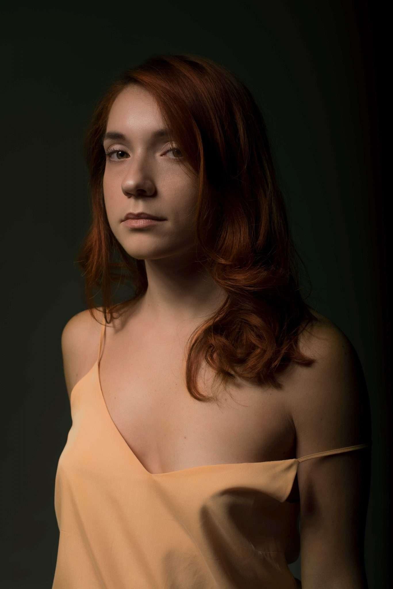 Fotografia ritratto ragazza chioma rossa realizzata da Barbara Trincone Fotografo freelance con studio privato a Pozzuoli Napoli