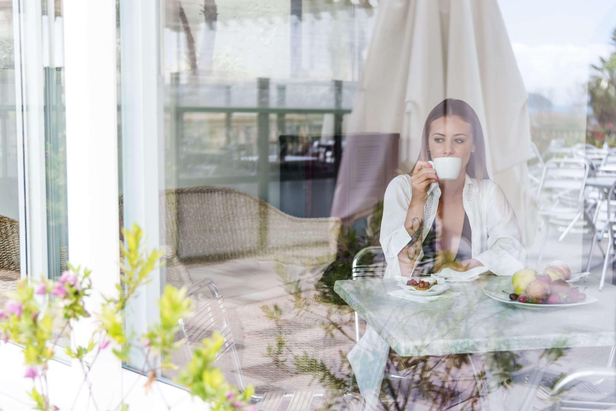 Fotografia donna riflesso al vetro realizzata da Barbara Trincone Fotografo freelance con studio privato a Pozzuoli Napoli specializzata in still Life ad uso e-commerce, book, advertising ed editoria