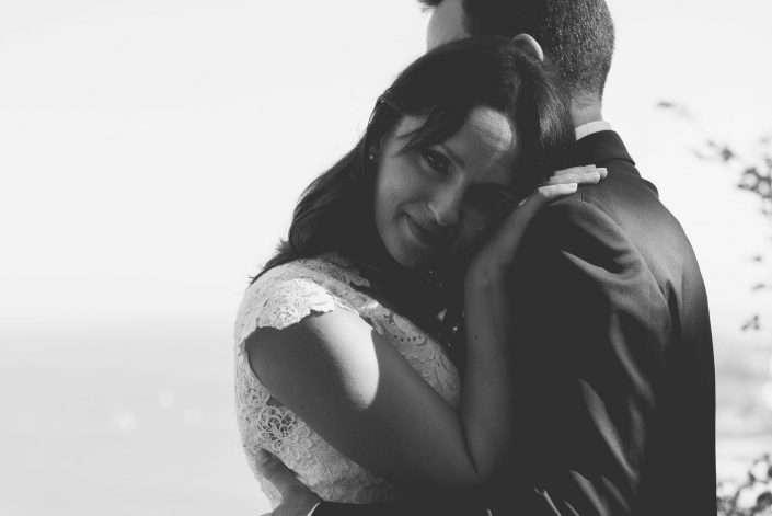 Sposa russa innamorata che guarda nell'obiettivo del fotografo
