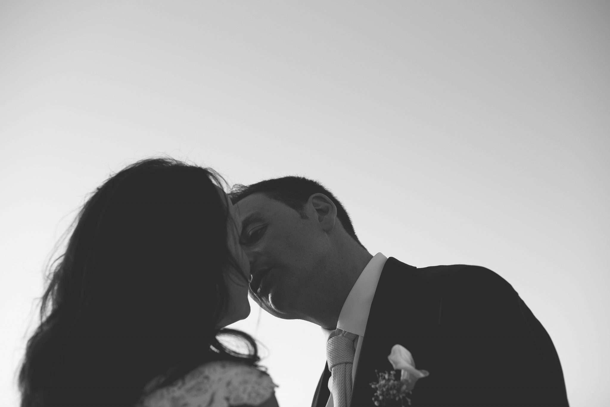 Fotografia di wedding Reportage di sposi innamorati che si baciano