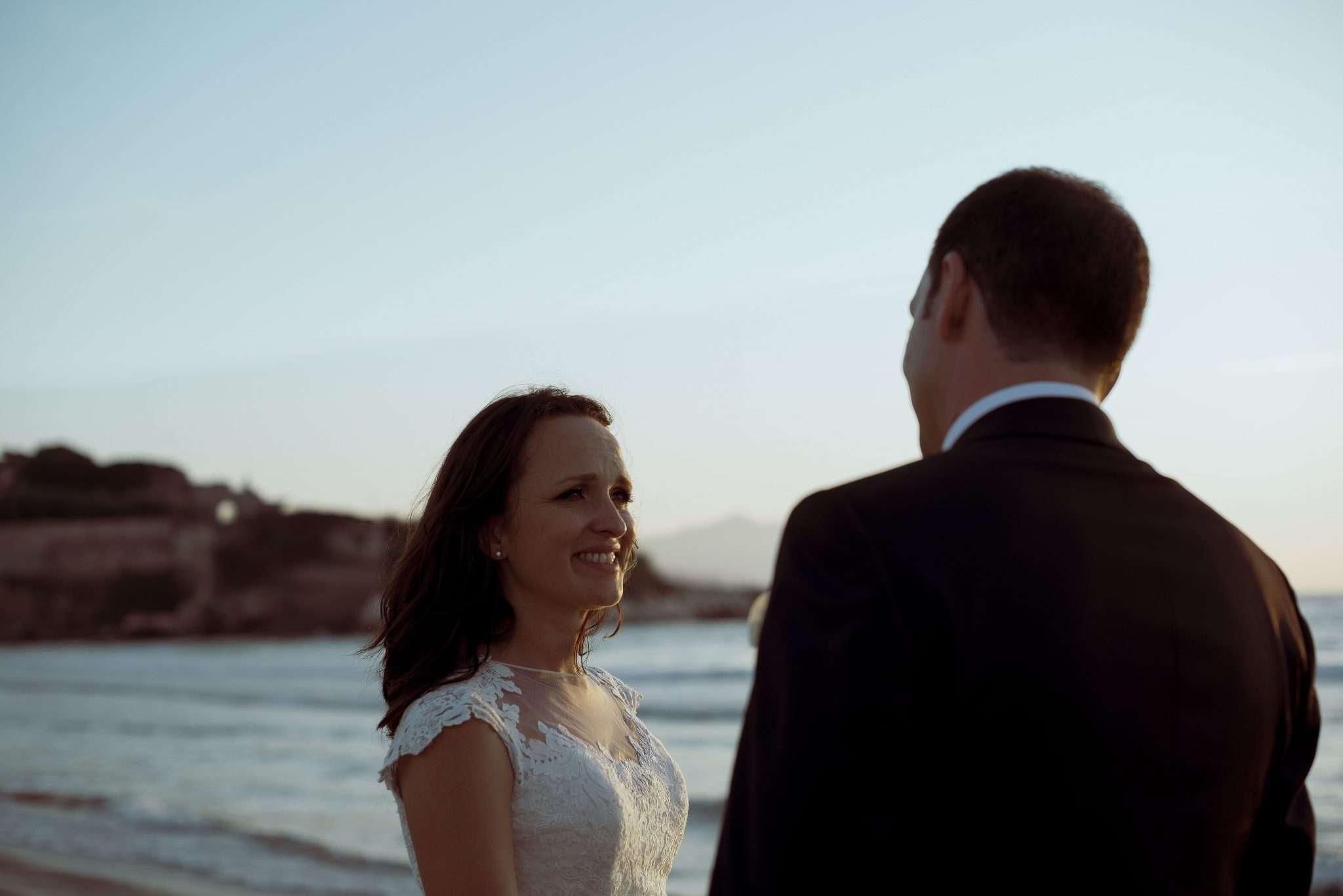 Sposa innamorata al tramonto
