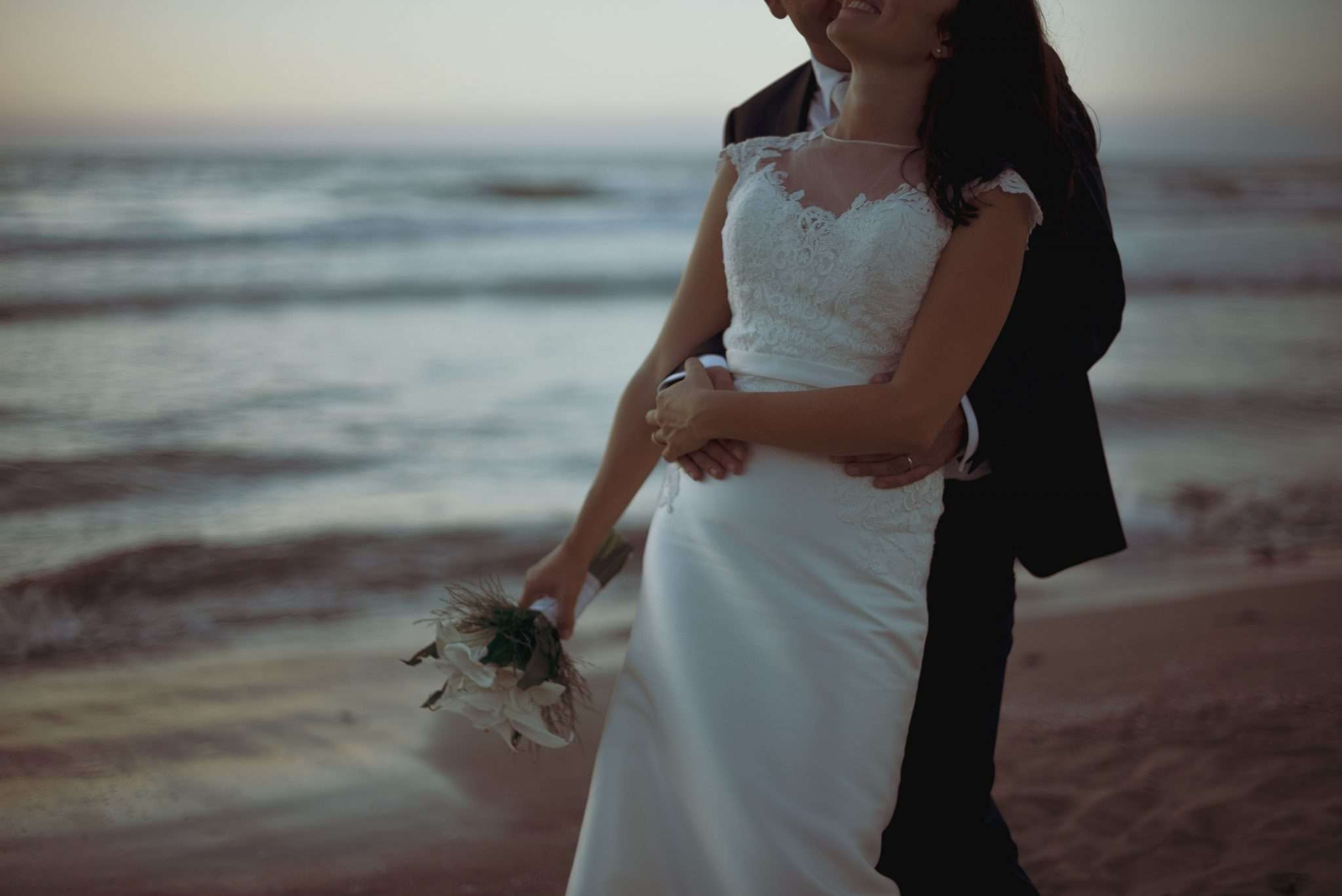 Weding reportage di sposi innamorati in spiaggia