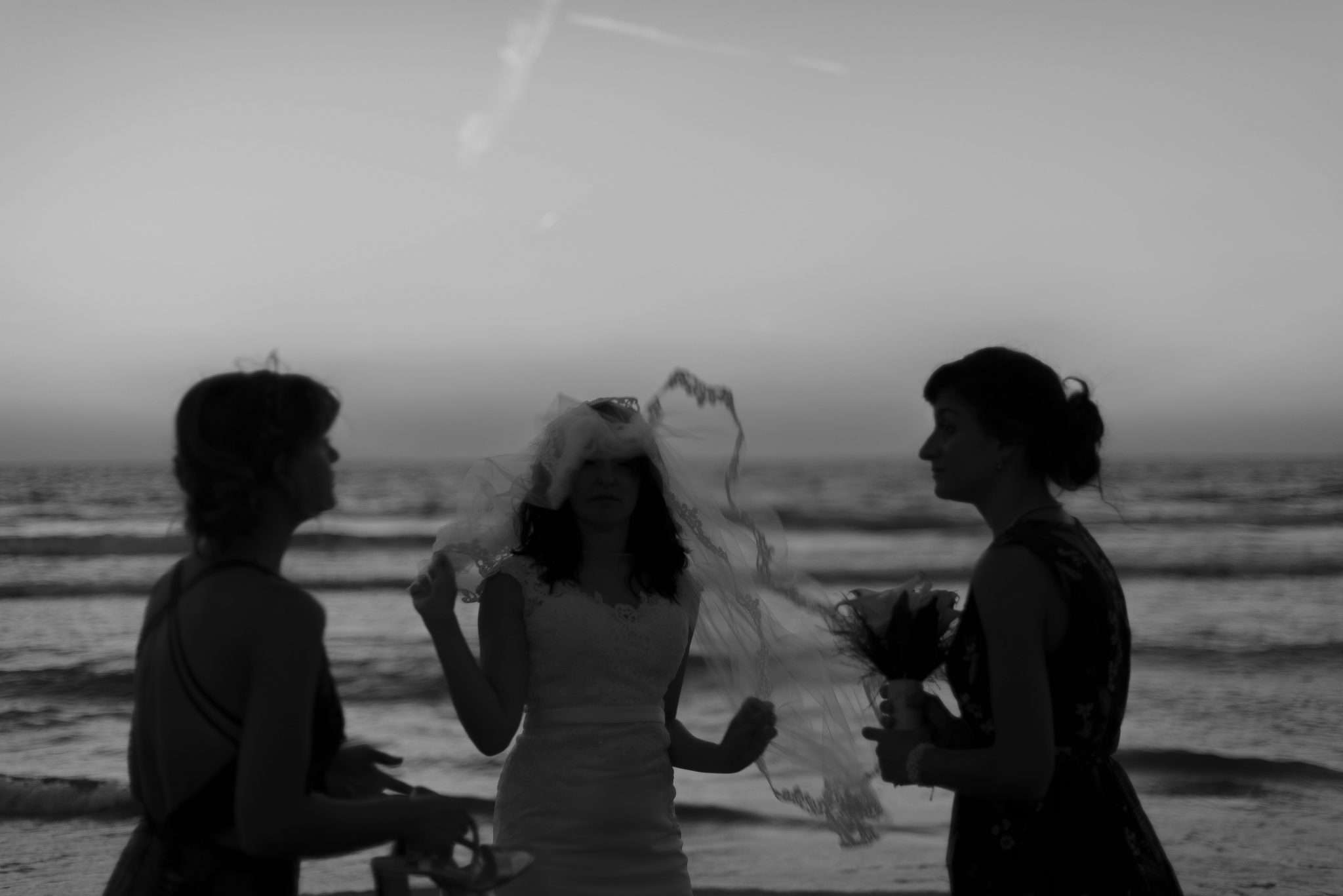 Fotografia sposa in bianco e nero con damigelle
