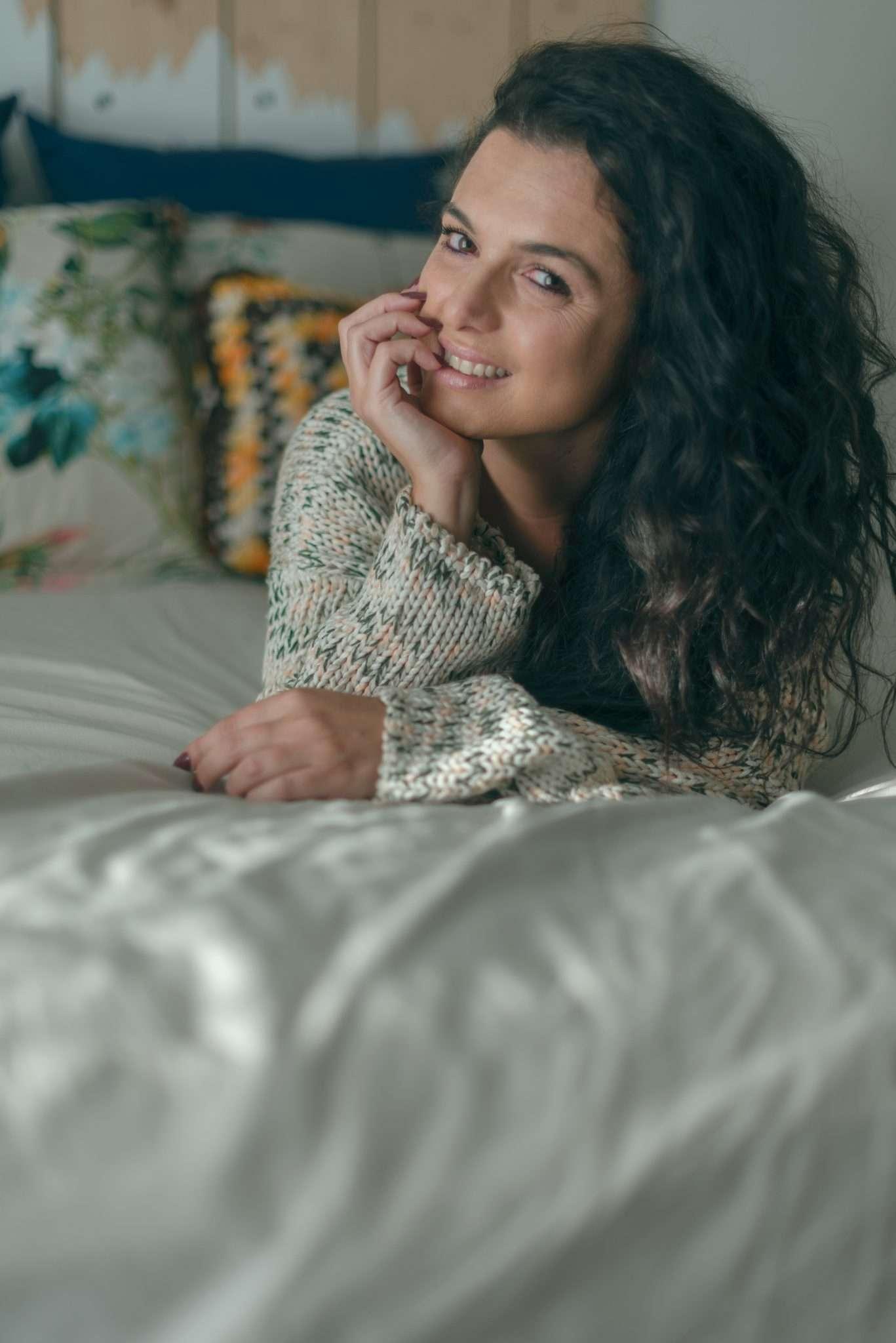 Fotografia portrait editorial bedroom realizzata da Barbara Trincone fotografa ritrattista professionista di Napoli, esegue servizi di creazione ed ampliamento lookbook per modelle/i e attori