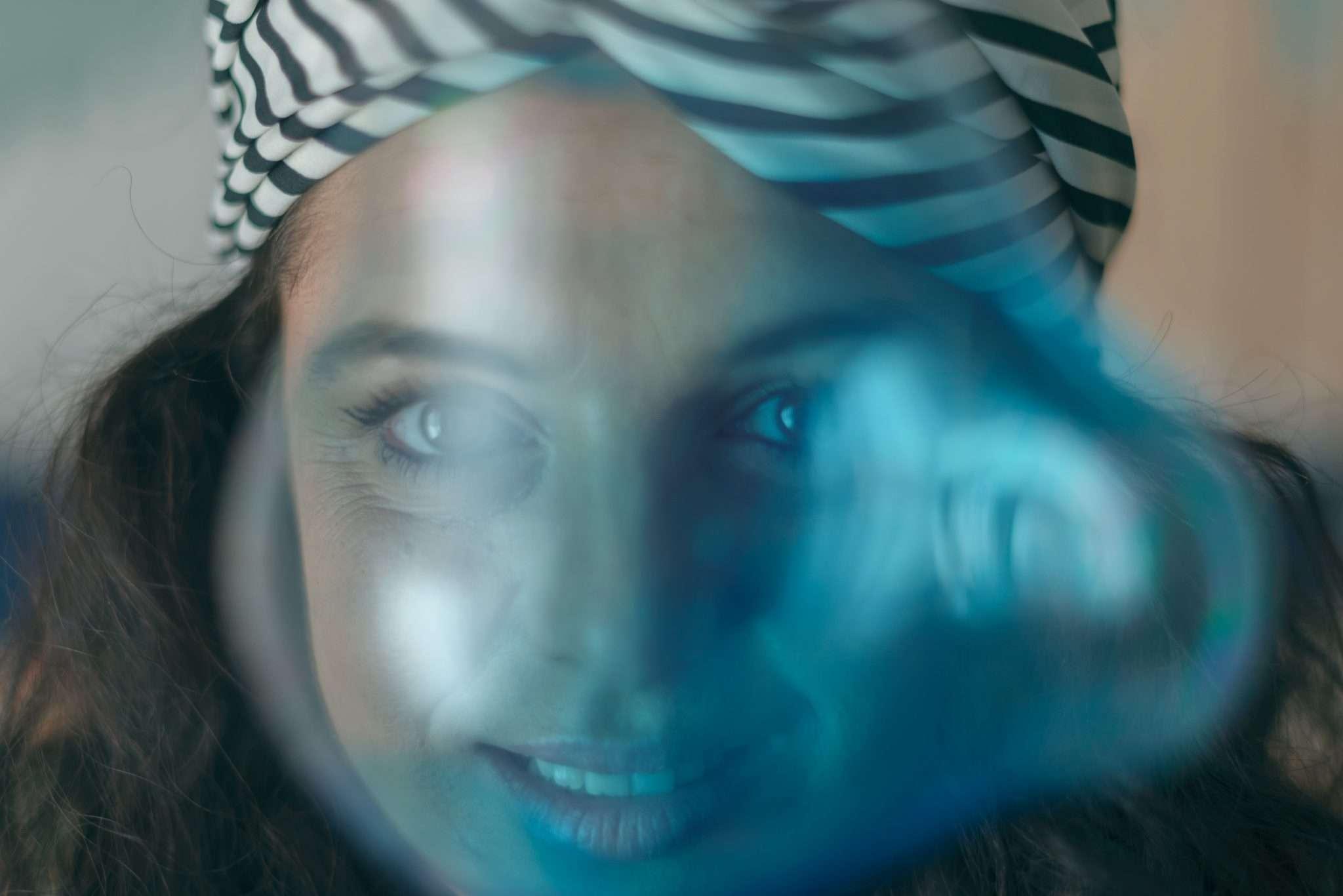 Fotografia Claudia con crystal ball realizzata da Barbara Trincone fotografa ritrattista professionista di Napoli, esegue servizi di creazione ed ampliamento lookbook per modelle/i e attori
