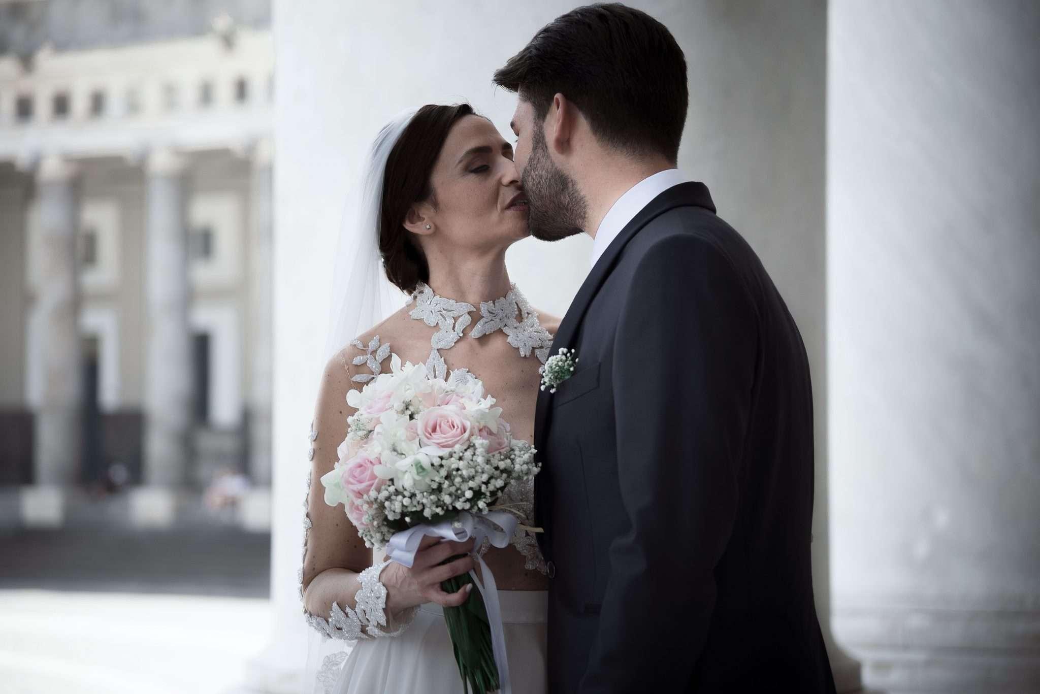 Fotografia matrimonio reportage di sposi che si baciano