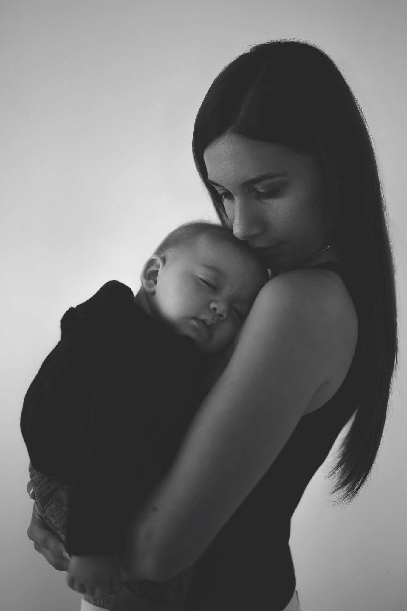 Fotografia newborn mamma Napoli realizzata da Barbara Trincone fotografo specializzato in fotografia di gravidanza, genitorialità, nascita