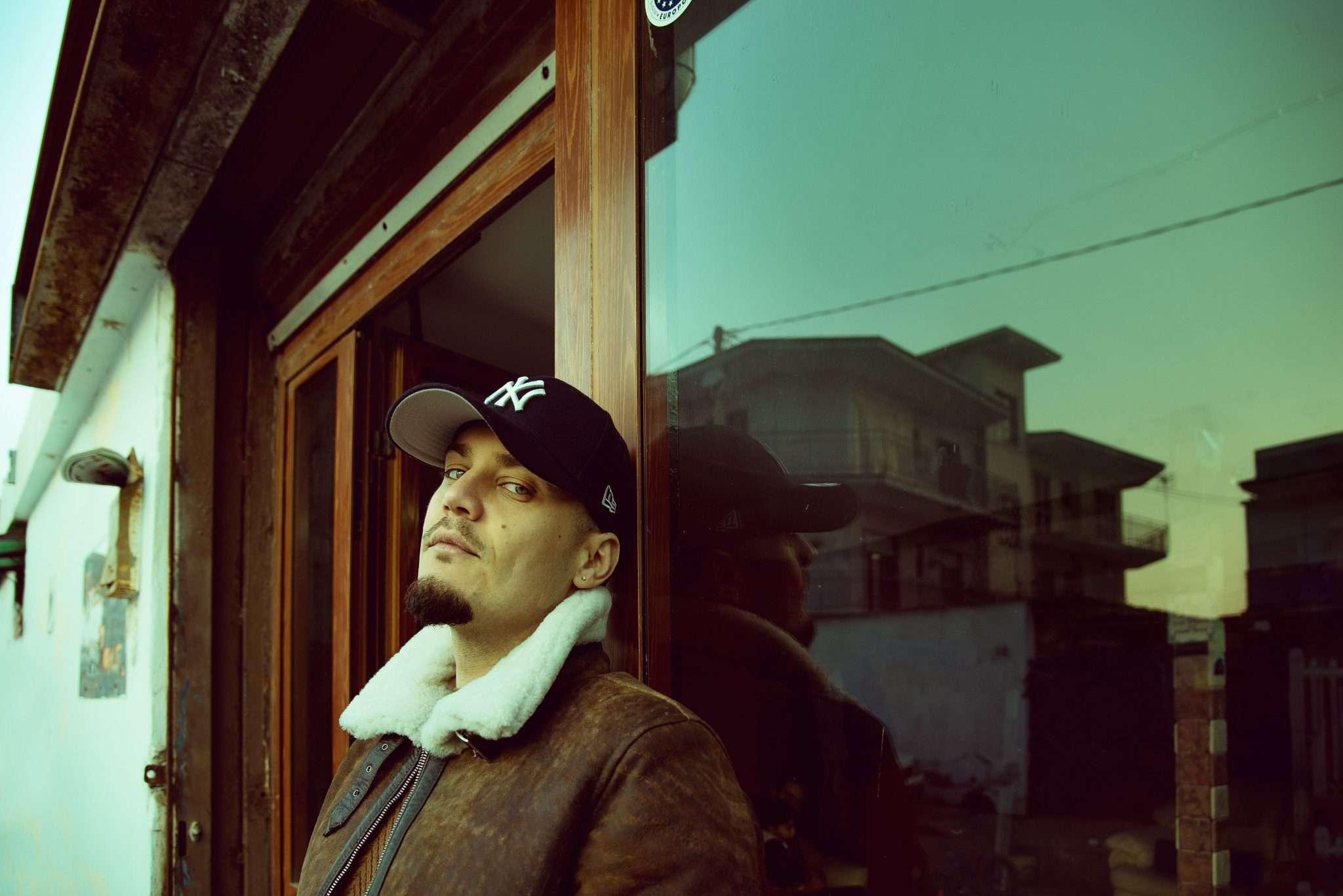 Fotografia portrait musicista rapper nei quartieri di Napoli