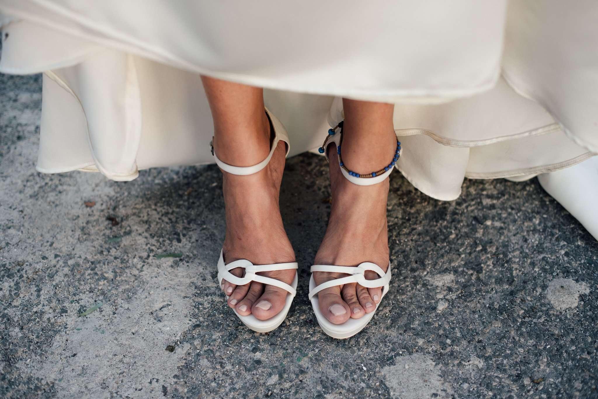 Fotografia dettaglio piedi sposa