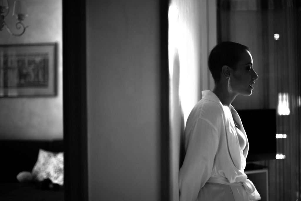 Fotografia sposa in attesa di vestirsi