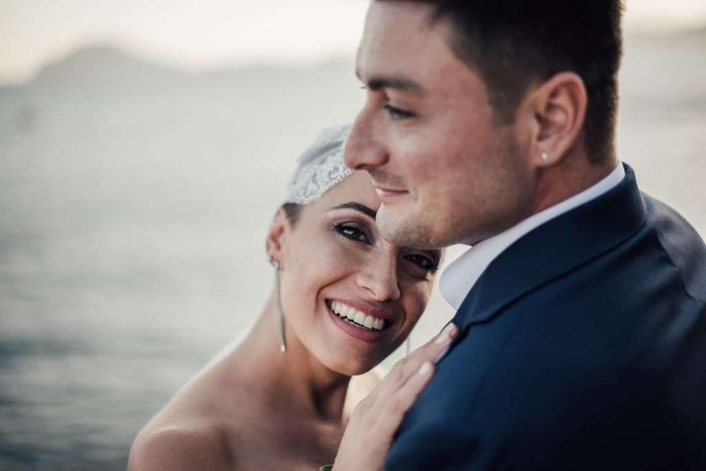 Sposi giovani ed innamorati che si guardano con affetto