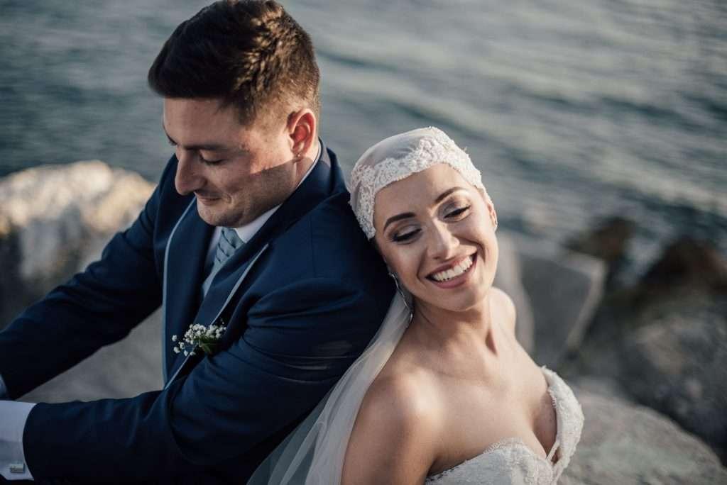 Sposi sorridenti sugli scogli a Napoli