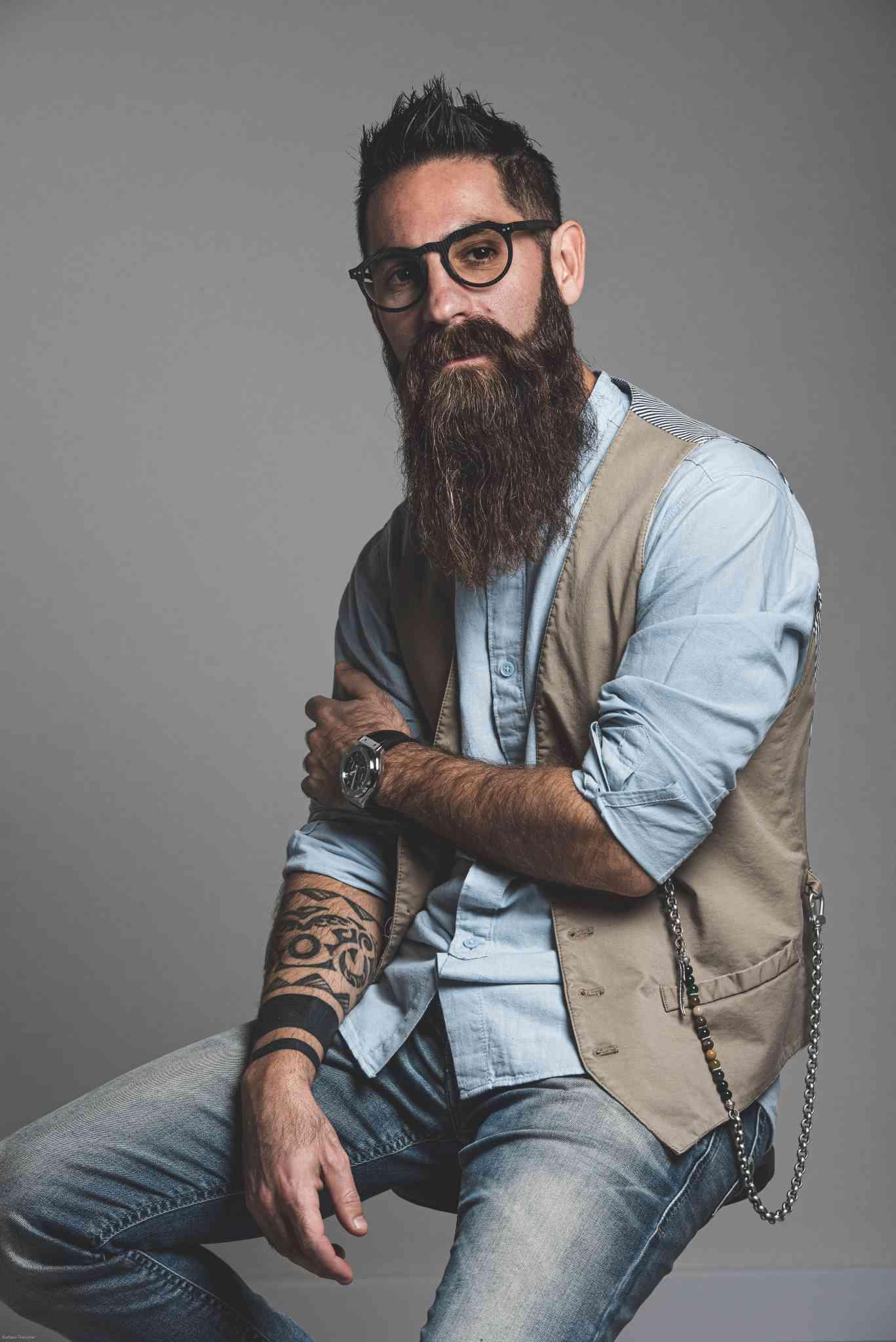 Ragazzo barba hipster seduto