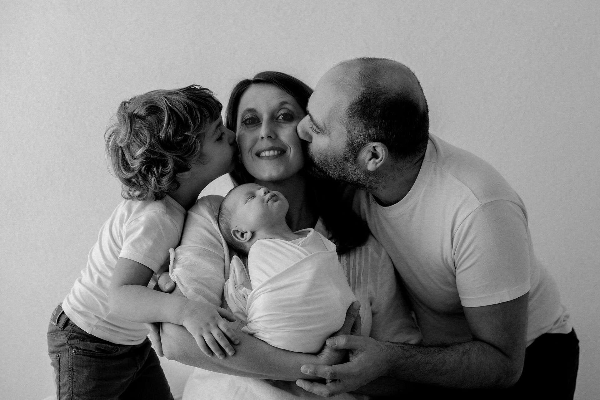 Sessione fotografica maternità foto di famiglia realizzata da Barbara Trincone Fotografo specializzato in Gravidanza, Maternità, Genitorialità, Nascita e Newborn