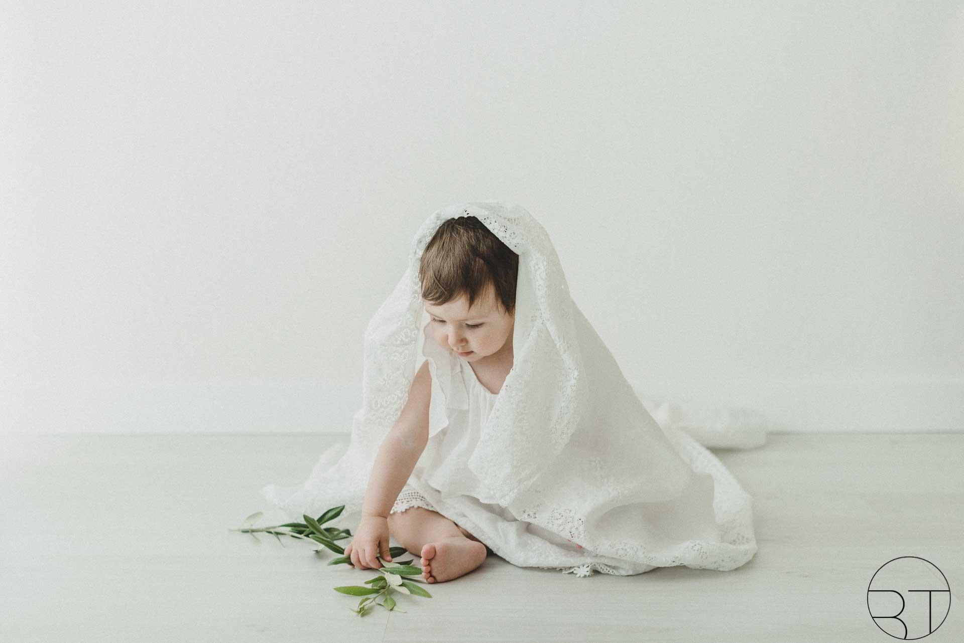 Servizio fotografico bambina con lenzuolo realizzata da Barbara Trincone Fotografo specializzato in Gravidanza, Maternità, Genitorialità, Nascita e Newborn a Napoli, Avellino, Salerno, Caserta