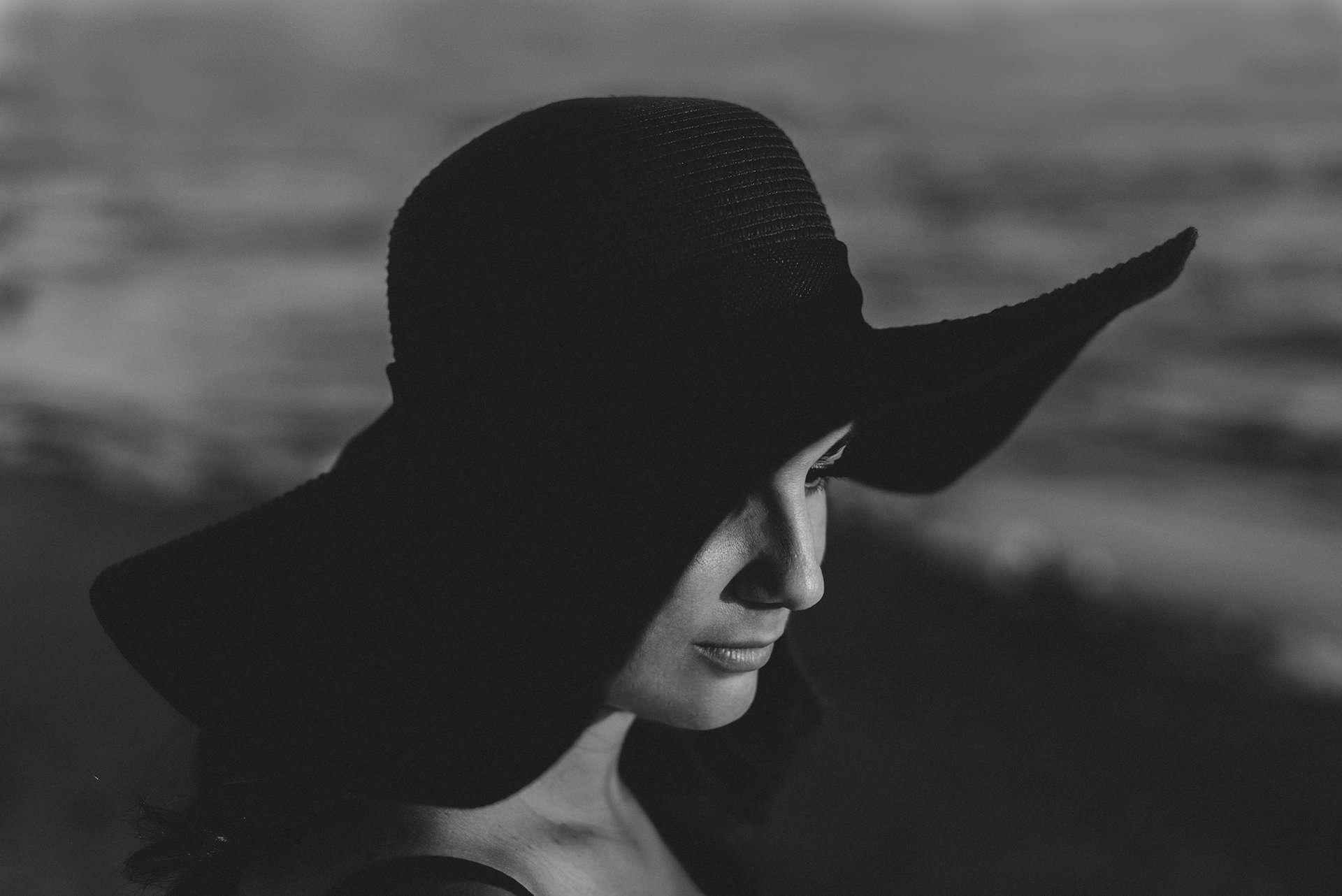 Fotografia donna con cappello realizzata da Barbara Trincone Fotografo specializzato in Gravidanza, Maternità, Genitorialità, Nascita e Newborn a Napoli, Caserta, Avellino, Salerno