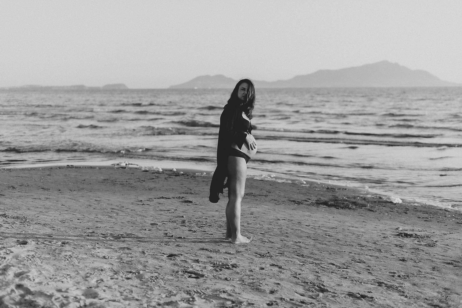 Donna incinta spiaggia realizzata da Barbara Trincone Fotografo specializzato in Gravidanza, Maternità, Genitorialità, Nascita e Newborn a Napoli, Caserta, Avellino, Salerno