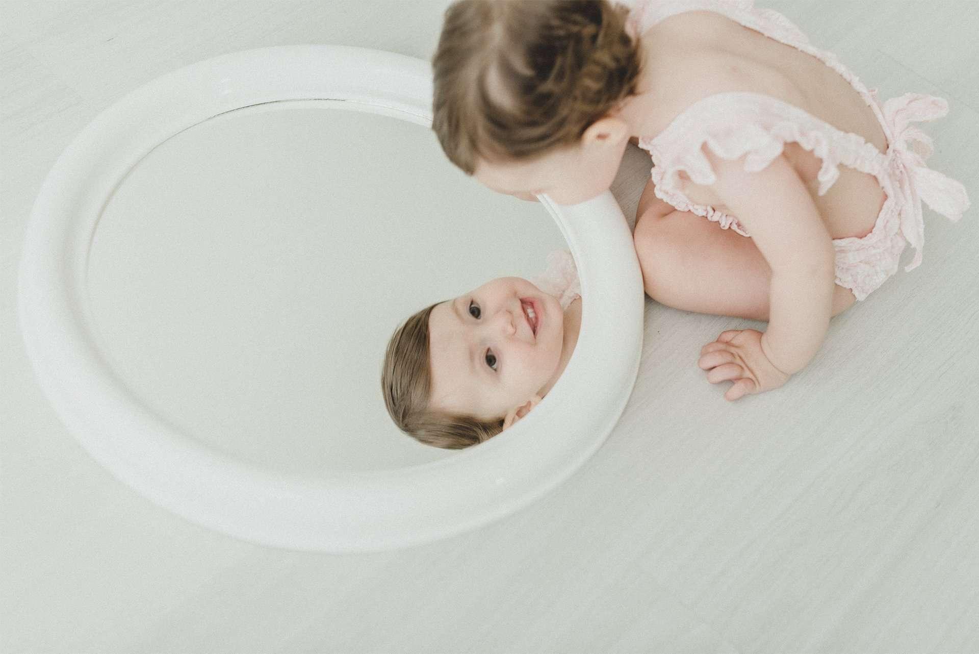 Fotografia bambina che si specchia realizzata da Barbara Trincone Fotografo specializzato in Gravidanza, Maternità, Genitorialità, Nascita e Newborn a Napoli, Avellino, Salerno, Caserta
