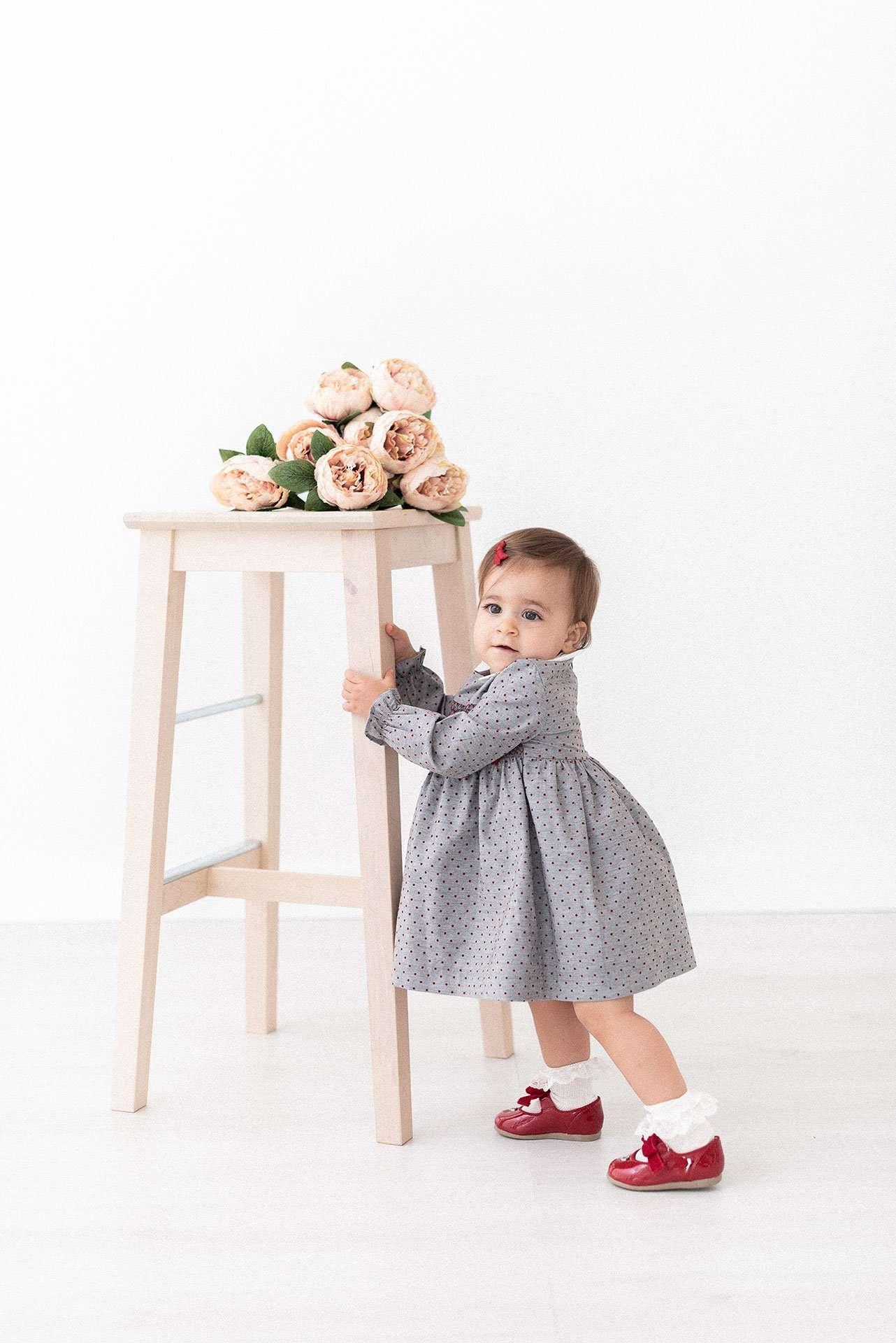 Fotografia bambina con fiori rosa realizzata da Barbara Trincone Fotografo specializzato in Gravidanza, Maternità, Genitorialità, Nascita e Newborn a Napoli