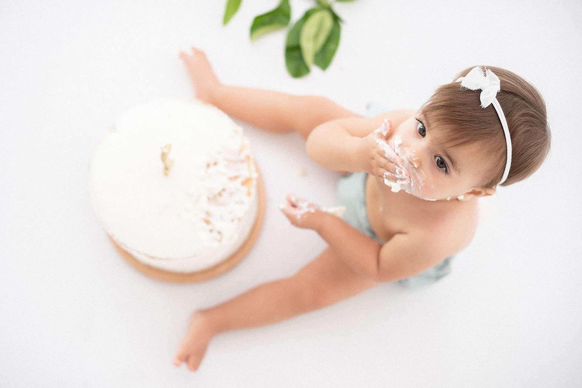 Fotografia smash cake bambina con torta realizzata da Barbara Trincone Fotografo specializzato in Gravidanza, Maternità, Genitorialità, Nascita e Newborn a Napoli