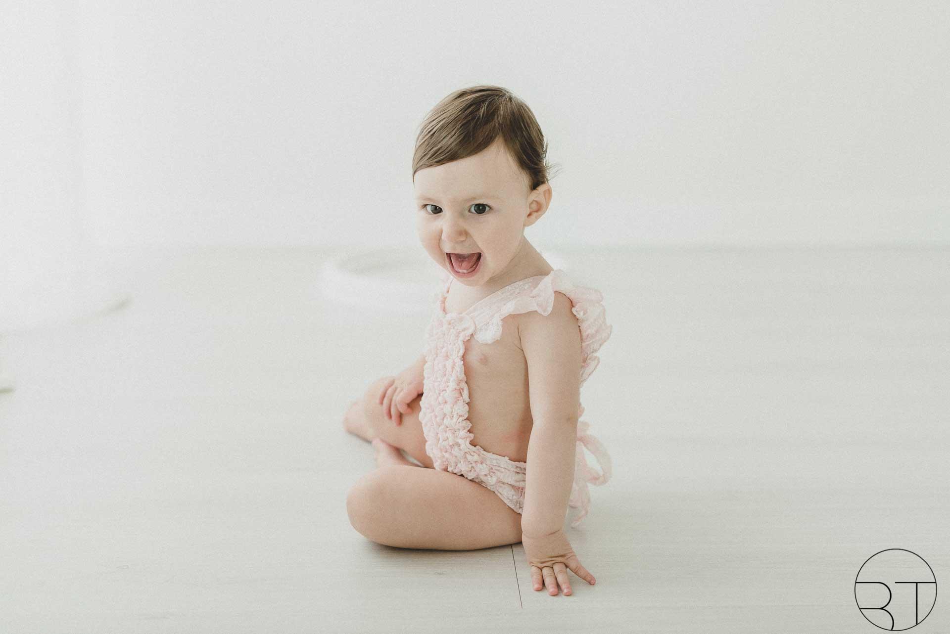 Fotografia bambina costume rosa realizzata da Barbara Trincone Fotografo specializzato in Gravidanza, Maternità, Genitorialità, Nascita e Newborn a Napoli, Avellino, Salerno, Caserta