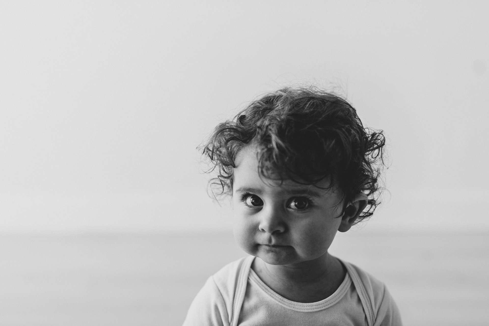 Fotografia bambina riccia a Napoli realizzato da Barbara Trincone Fotografo specializzato in Gravidanza, Maternità, Genitorialità, Nascita e Newborn