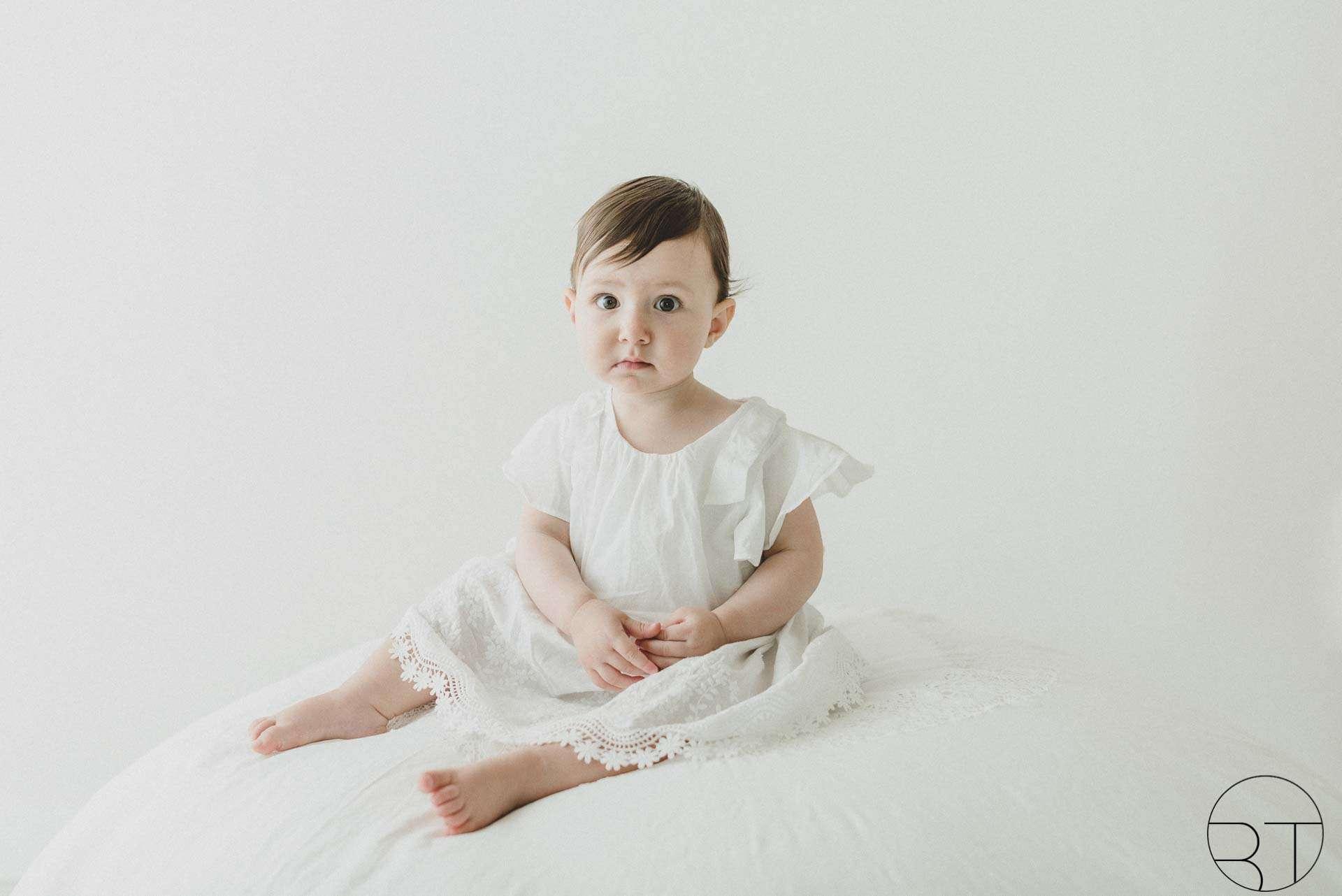 Fotografia newborn bambina su pouf realizzata da Barbara Trincone Fotografo specializzato in Gravidanza, Maternità, Genitorialità, Nascita e Newborn a Napoli, Avellino, Salerno, Caserta