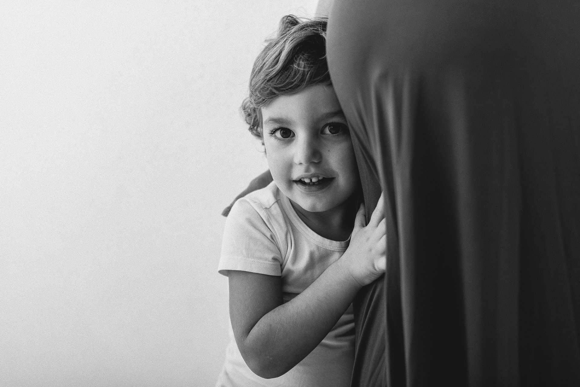 Fotografia bambino con pancione della mamma realizzato da Barbara Trincone Fotografo specializzato in Gravidanza, Maternità, Genitorialità, Nascita e Newborn