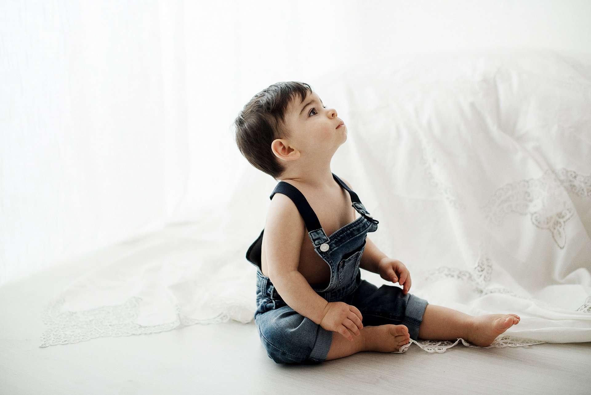 Fotografia bambino con salopette jeans realizzata da Barbara Trincone Fotografo specializzato in Gravidanza, Maternità, Genitorialità, Nascita e Newborn