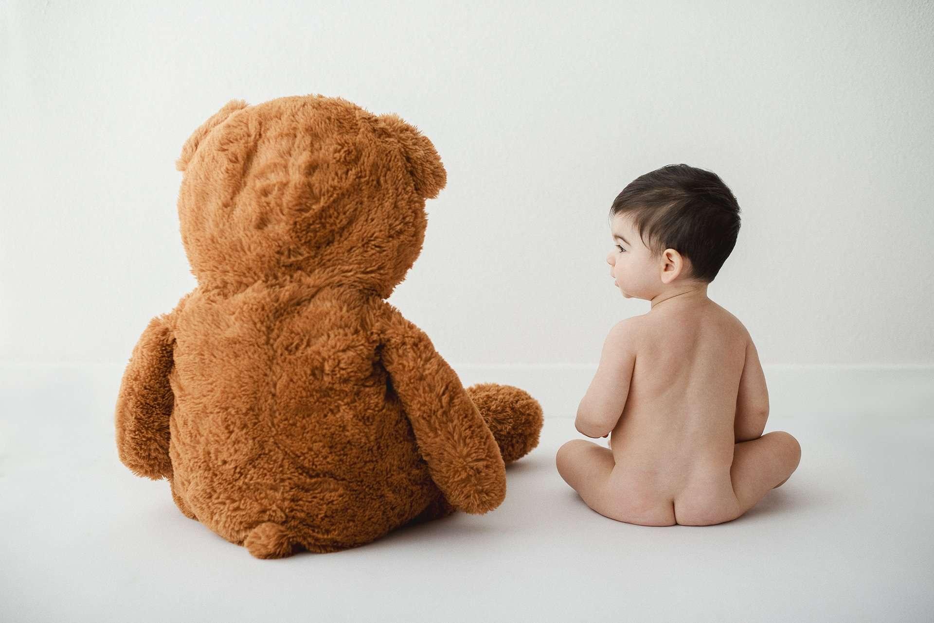 Fotografia bambino di spalle con orsachiotto realizzata da Barbara Trincone Fotografo specializzato in Gravidanza, Maternità, Genitorialità, Nascita e Newborn